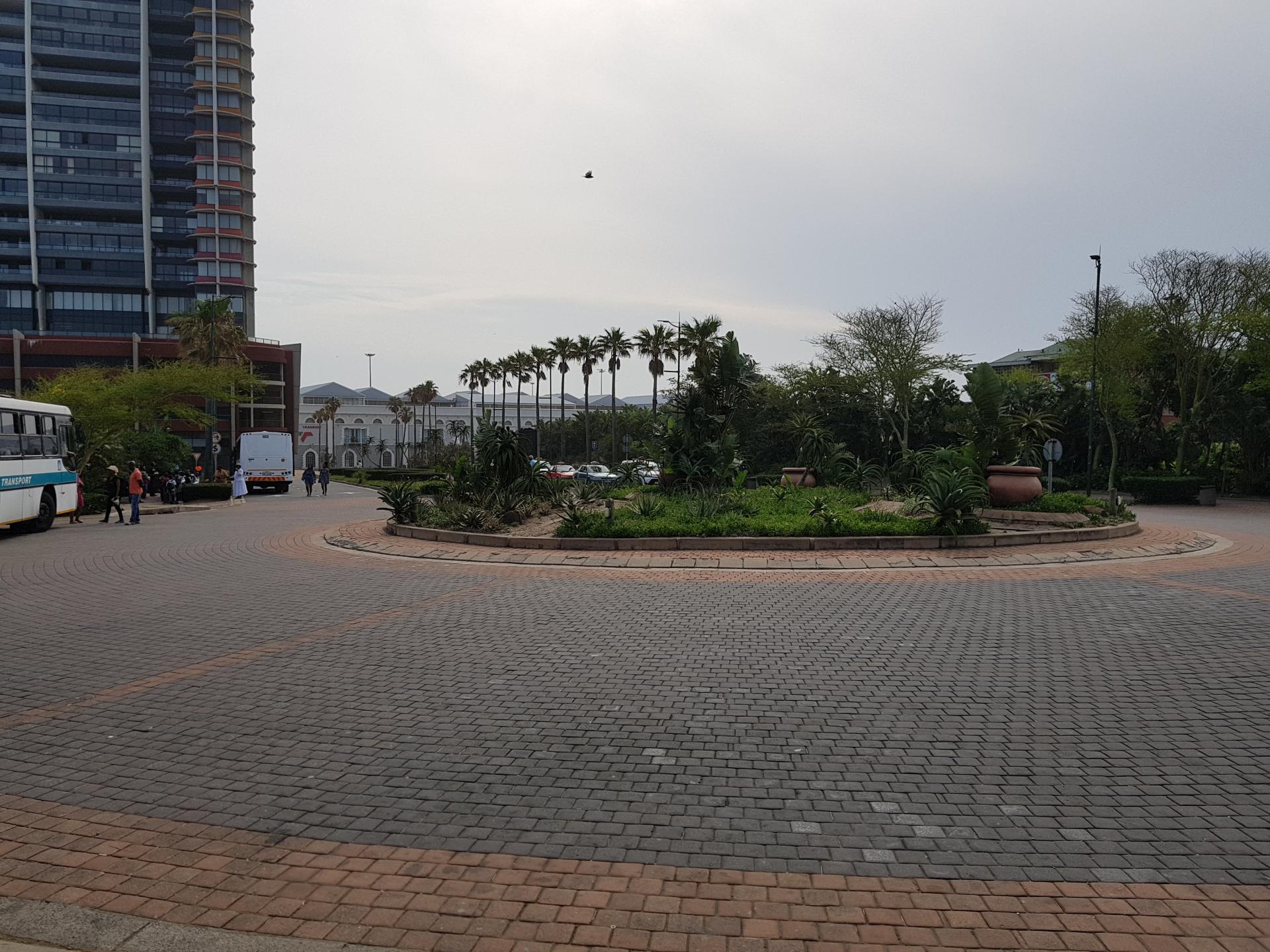 Площадка перед входом в развлекательный комплекс Ushaka Marine World