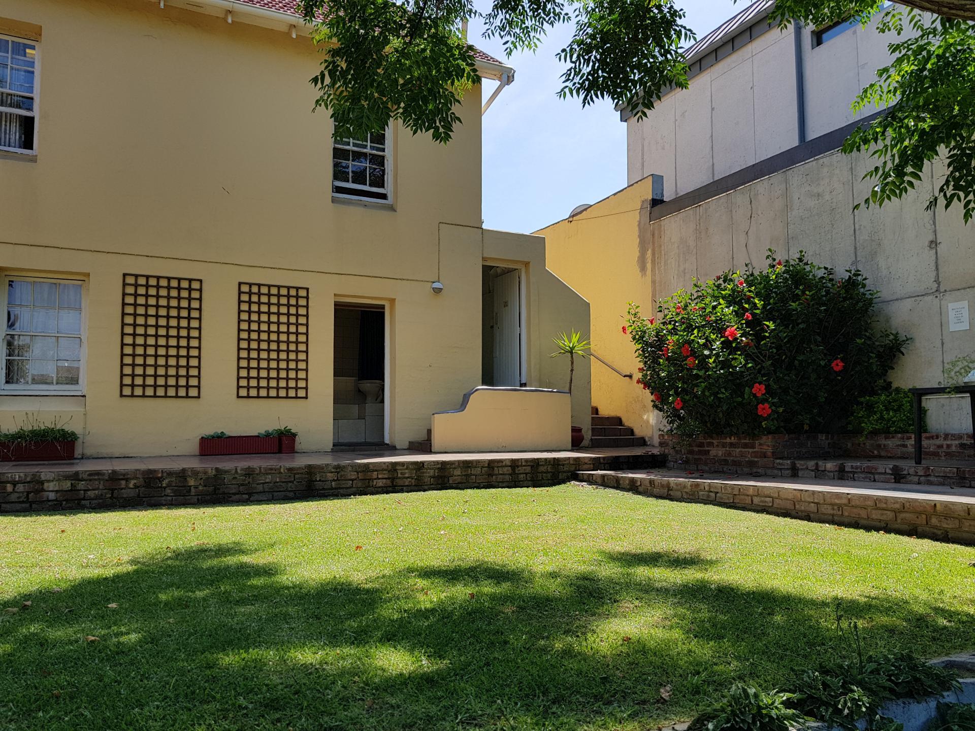 внутренний двор Jikeleza Lodge, Порт-Элизабет
