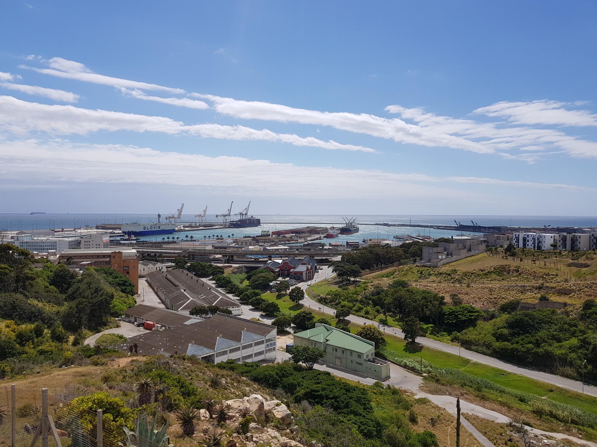 Вид на морской порт города Порт-Элизабет: