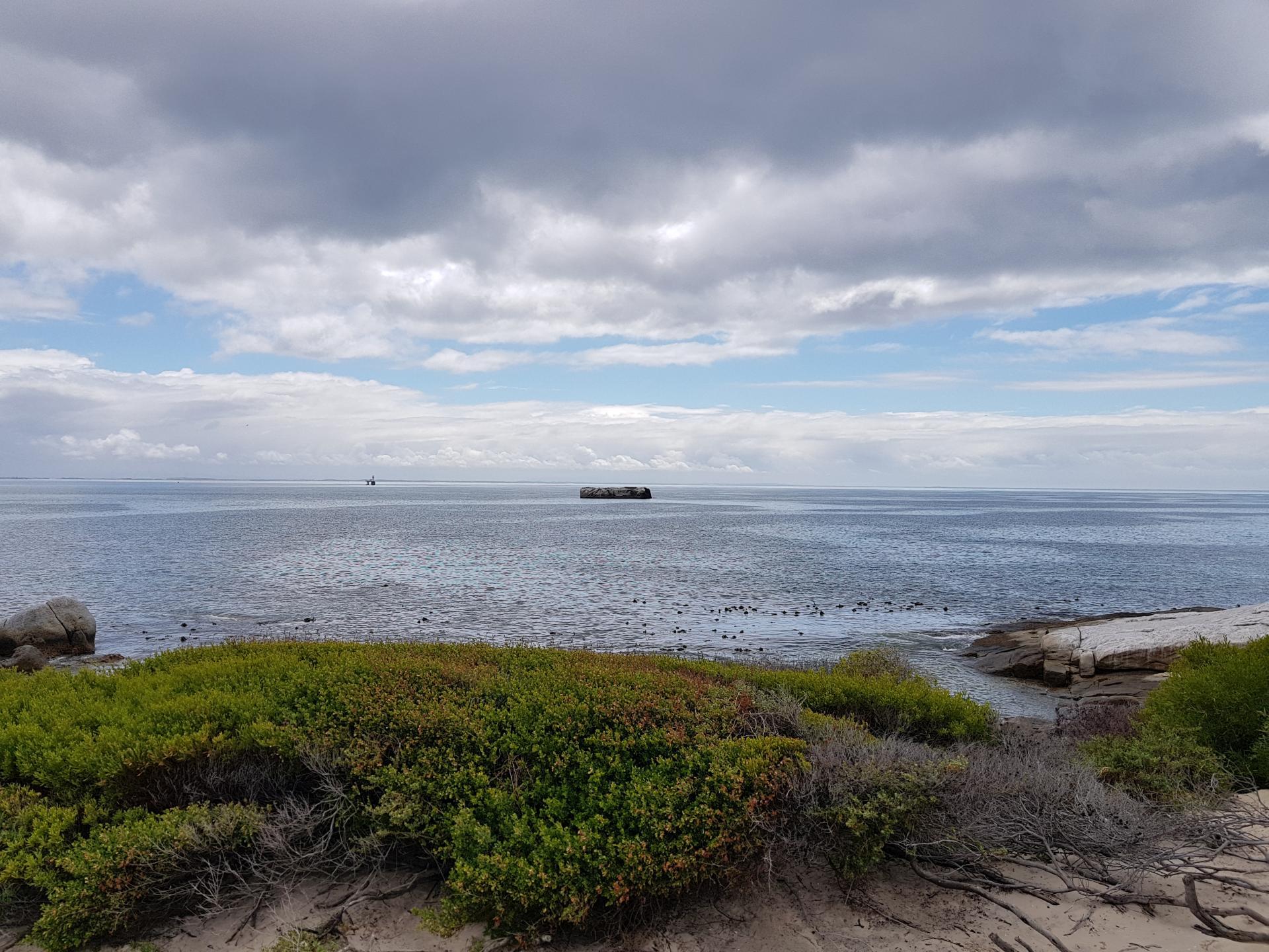 вид на океан с пляжа Болдерс-Бич