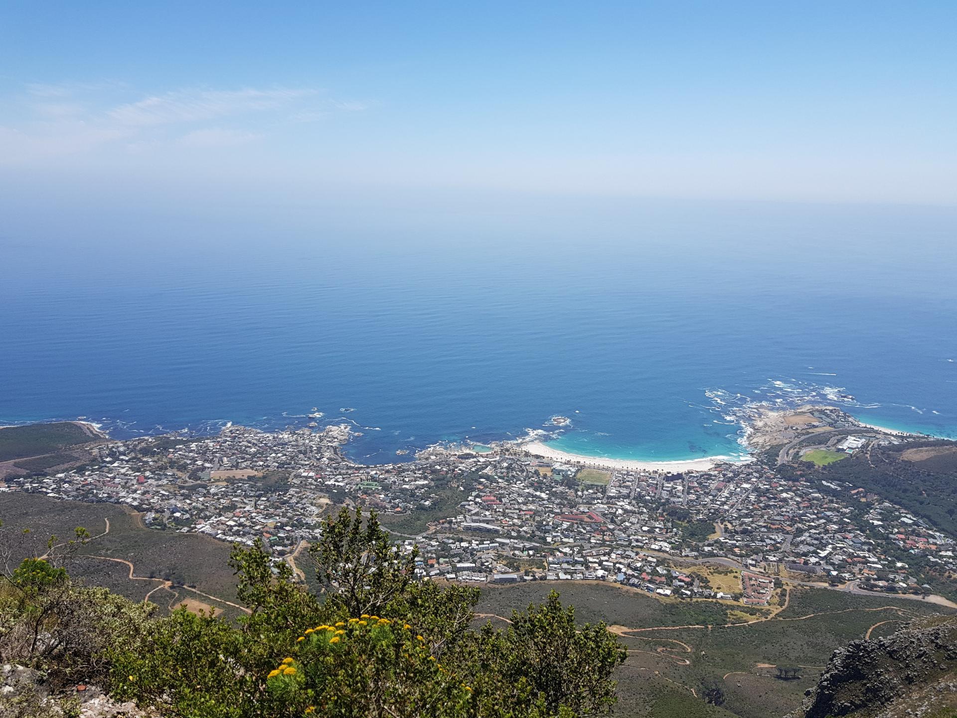 вид на пригород Кейптауна со Столовой горы
