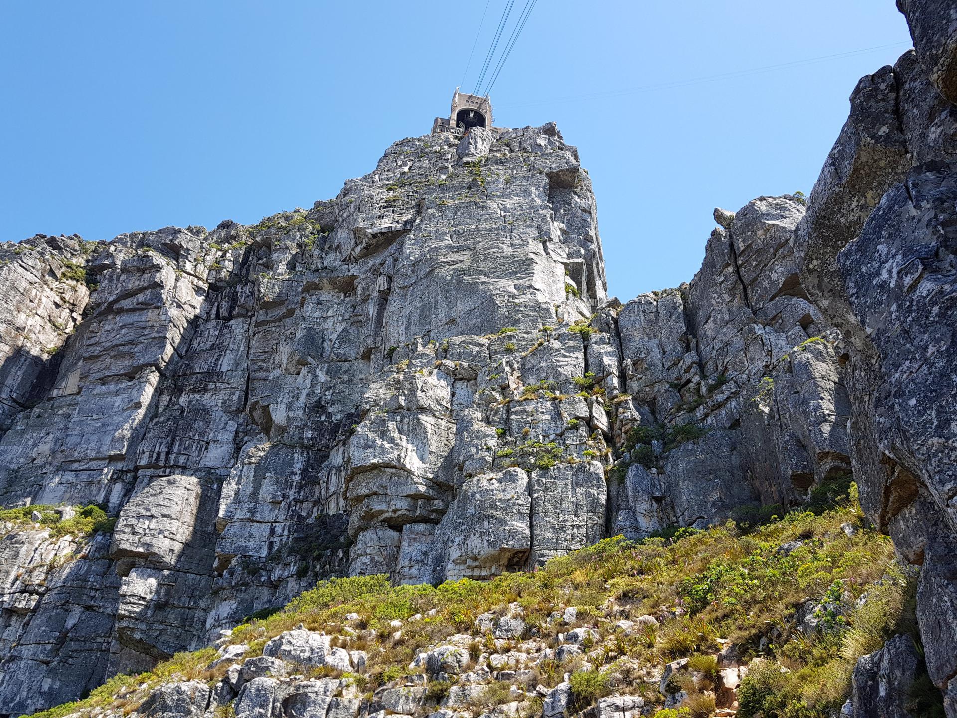 вид на верхнюю станцию фуникулера Столовой горы