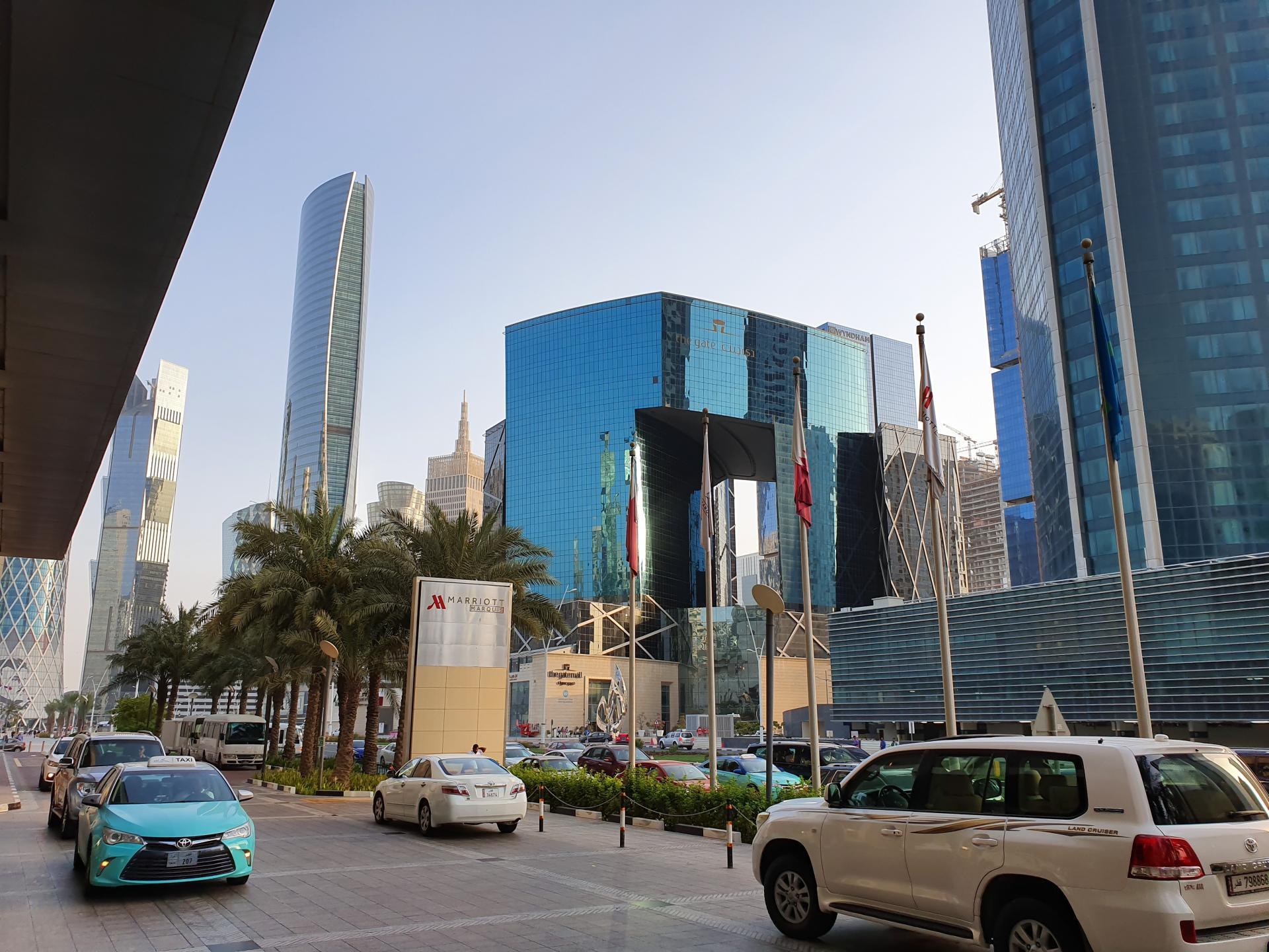 остановка машин перед отелем Мариотт в Дохе