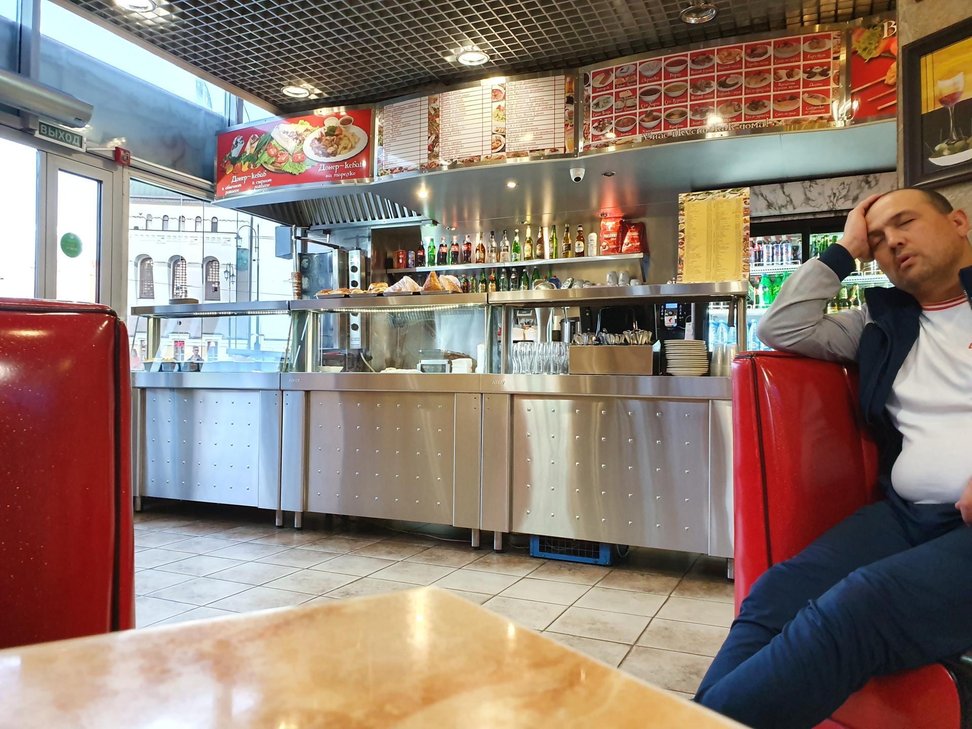 человек спит в кафе