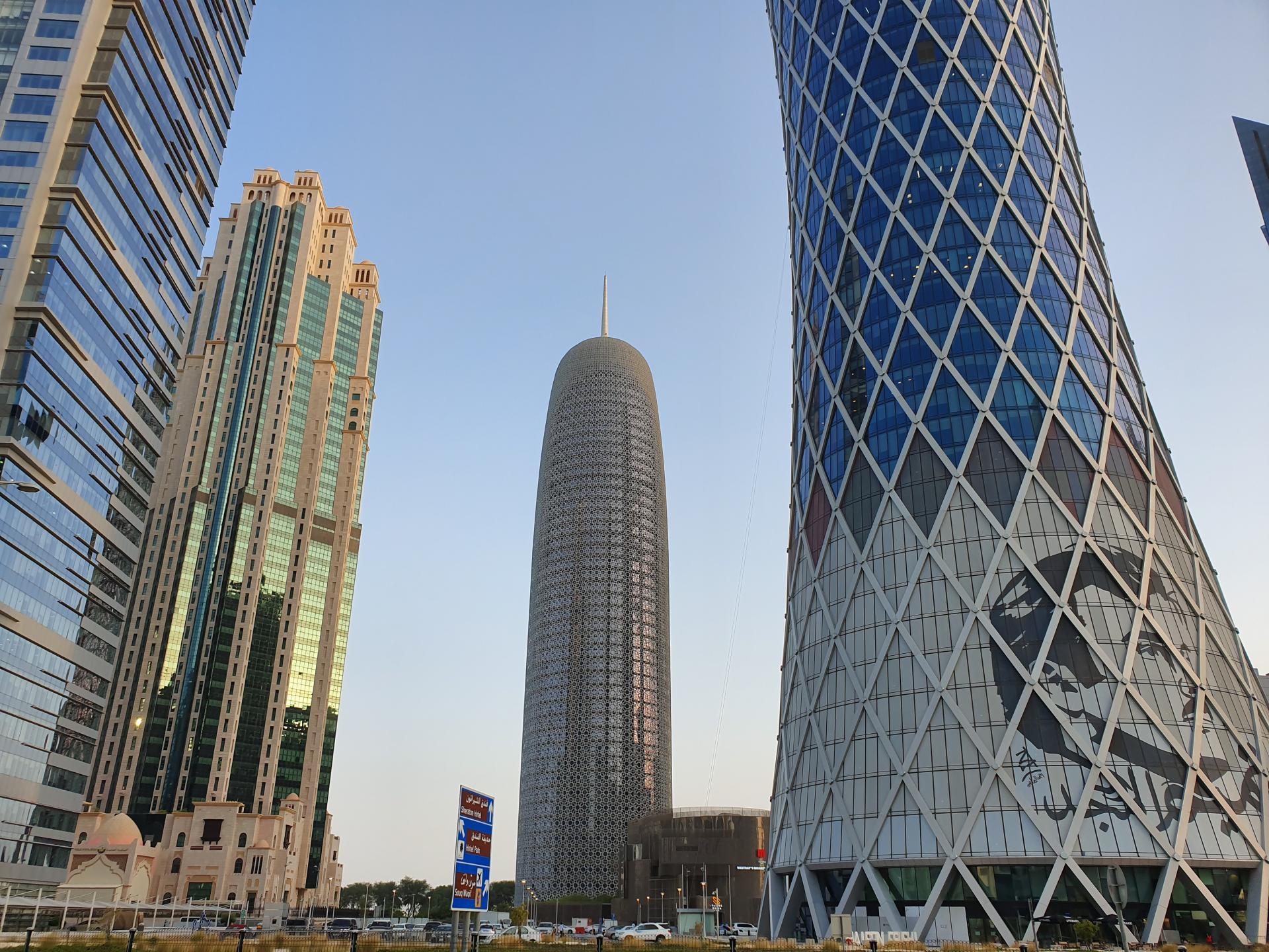 изображение эмира на зданиях в Дохе