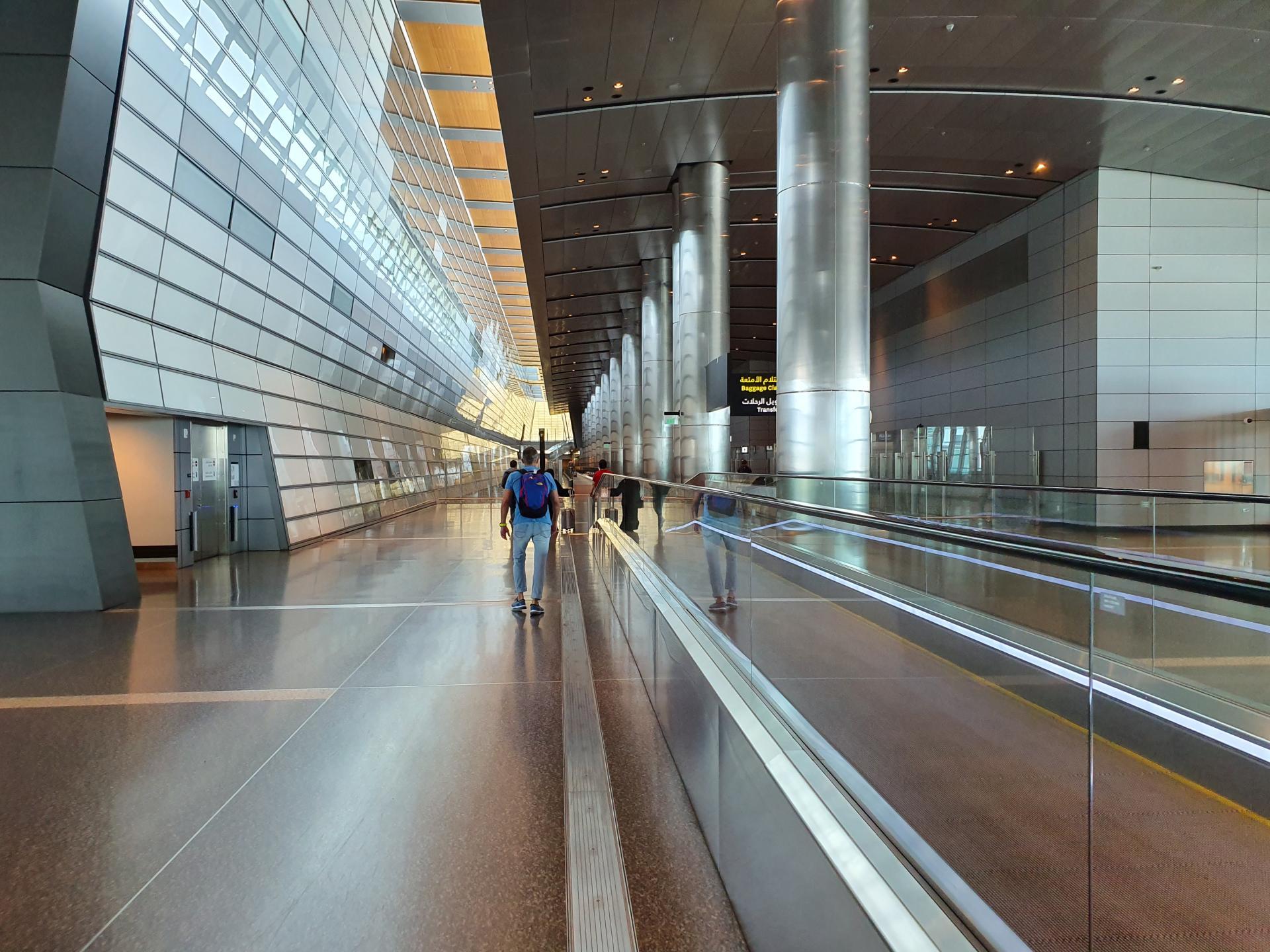 полупустой аэропорт Дохи