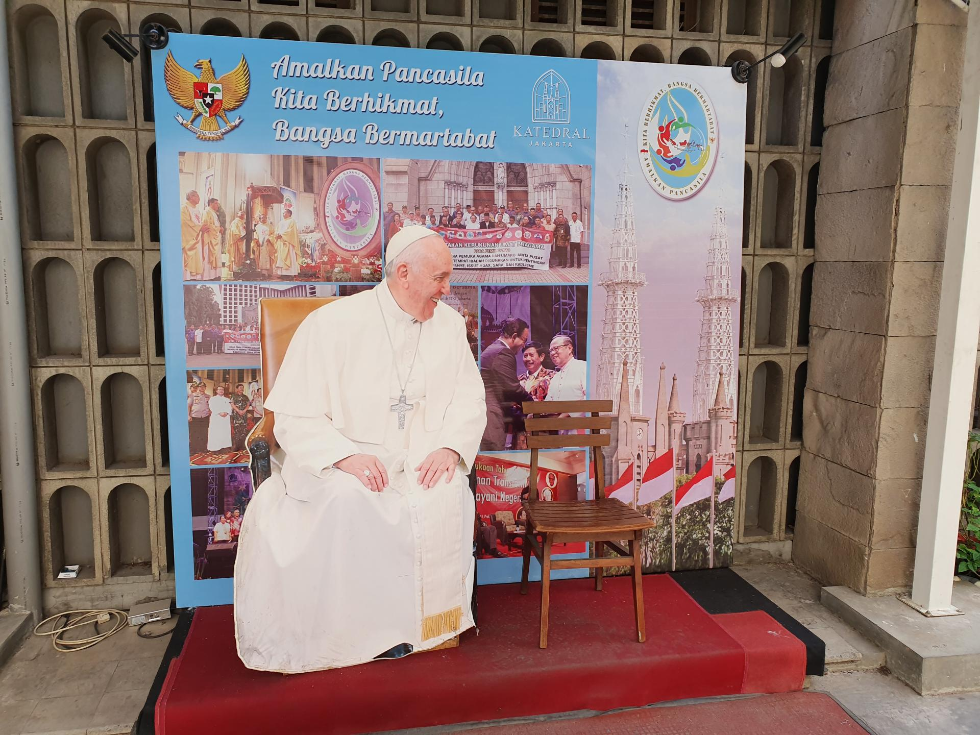 картонный Папа Римский у кафедрального собора Джакарты