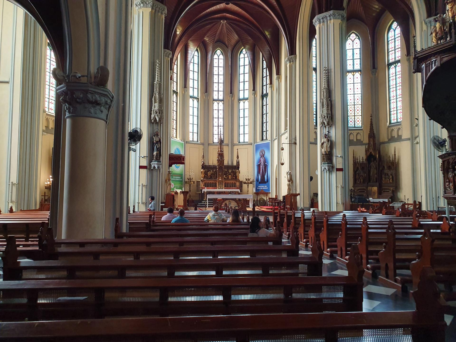внутри кафедрального собора Джакарты