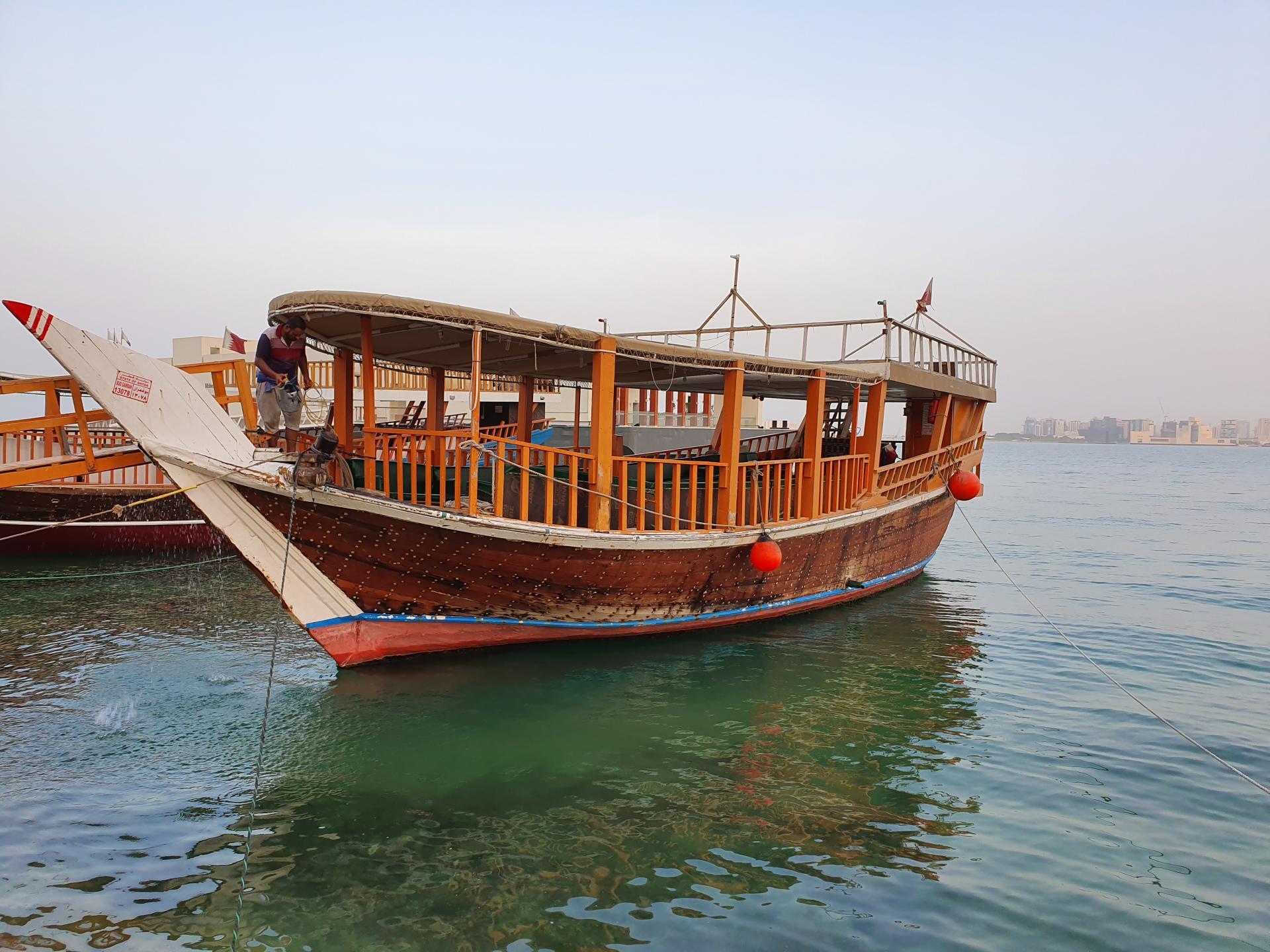 прогулочная лодка на берегу Персидского залива в Дохе