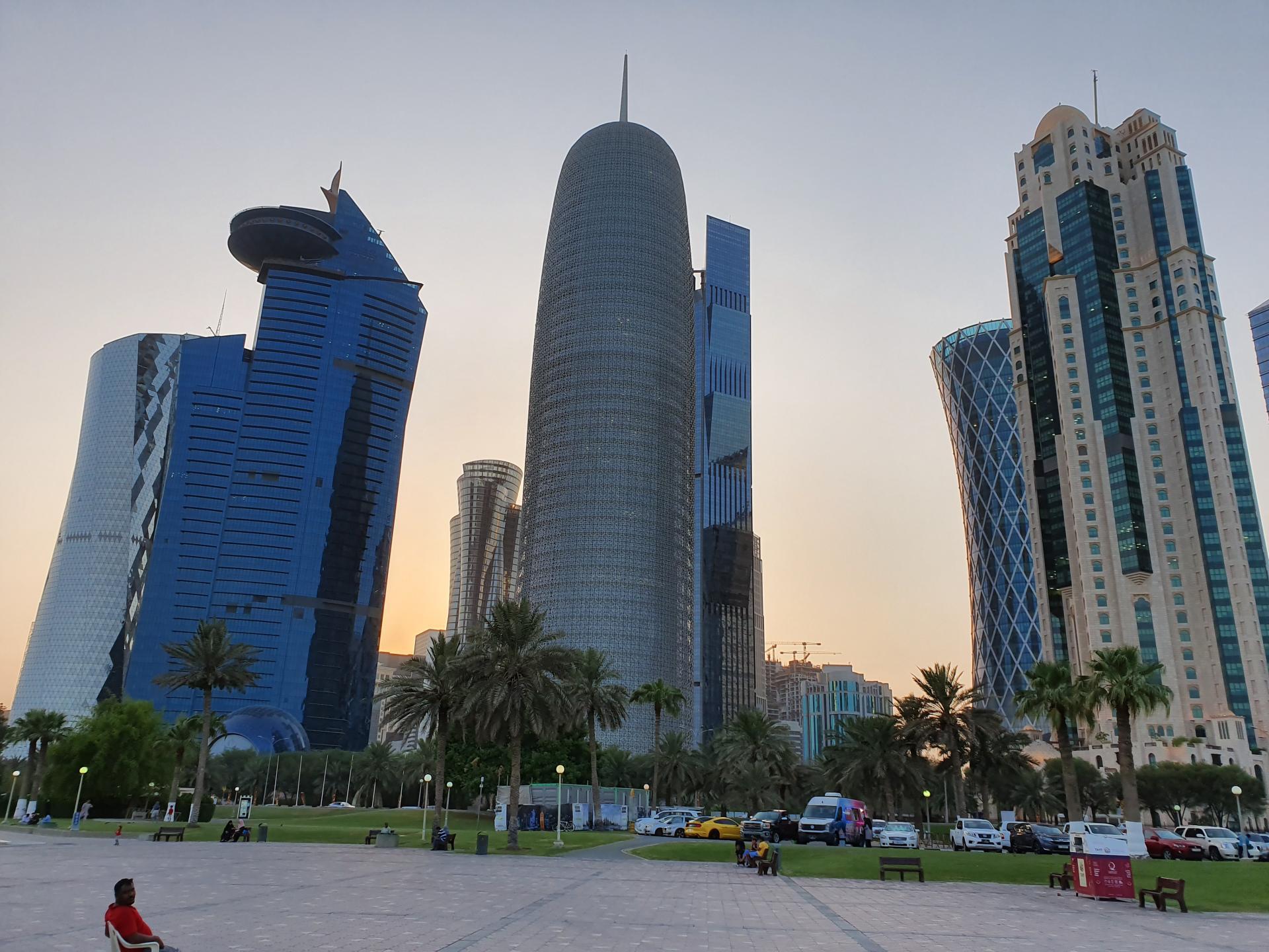 вид на небоскребы с набережной Дохи