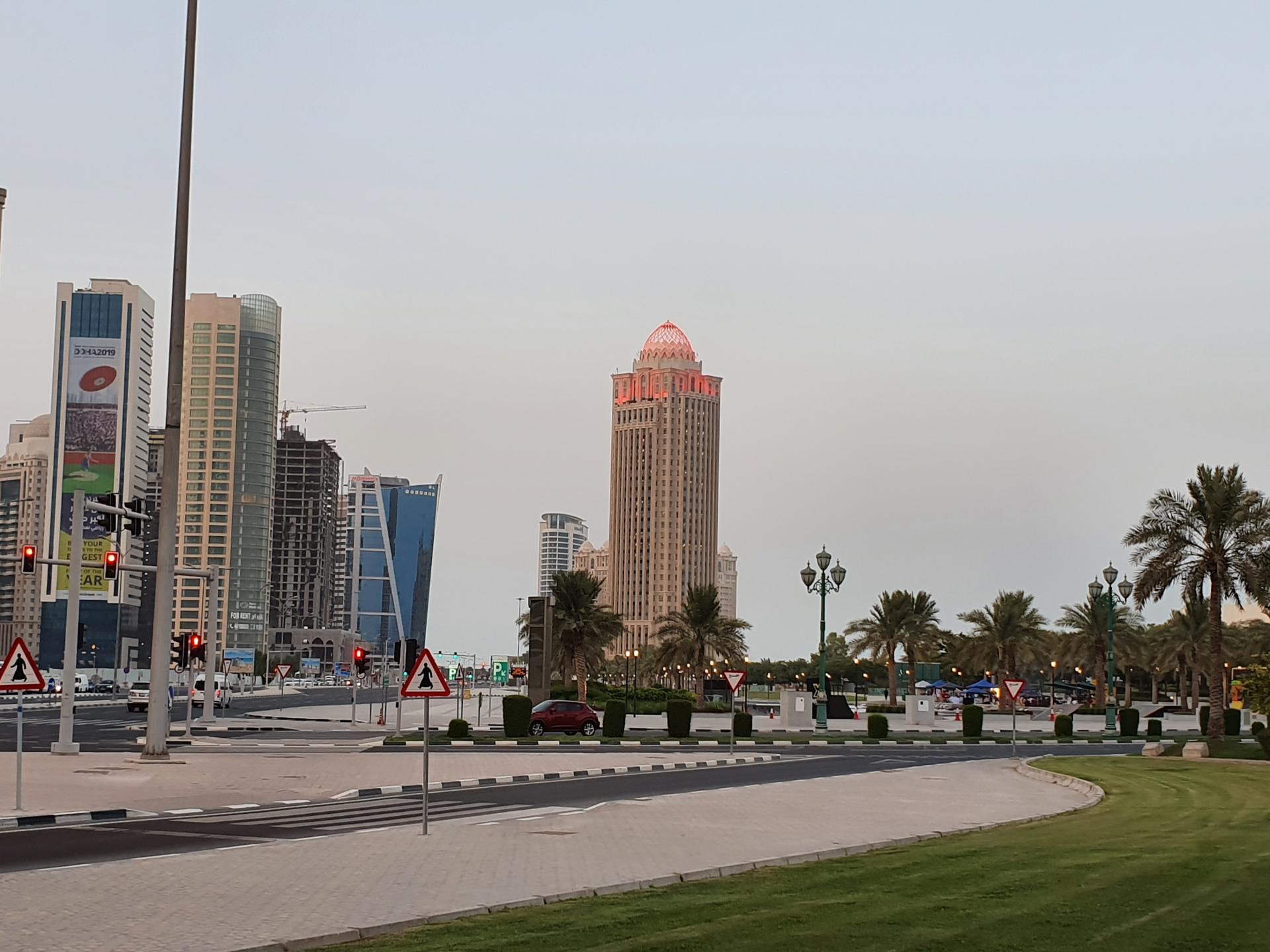 Улицы Дохи. Подсветка зданий