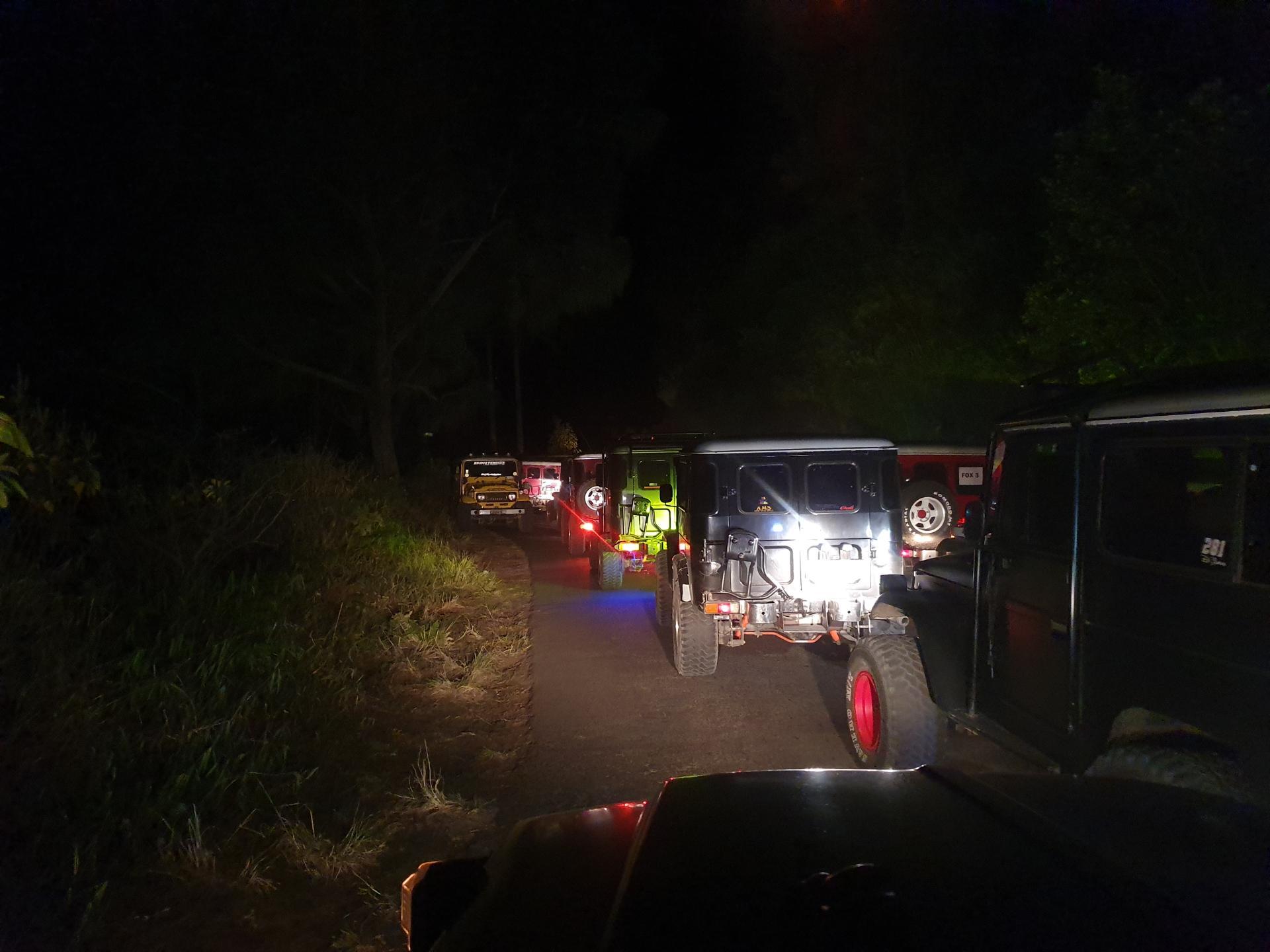 едем ночью на джипах на вулкан Бромо