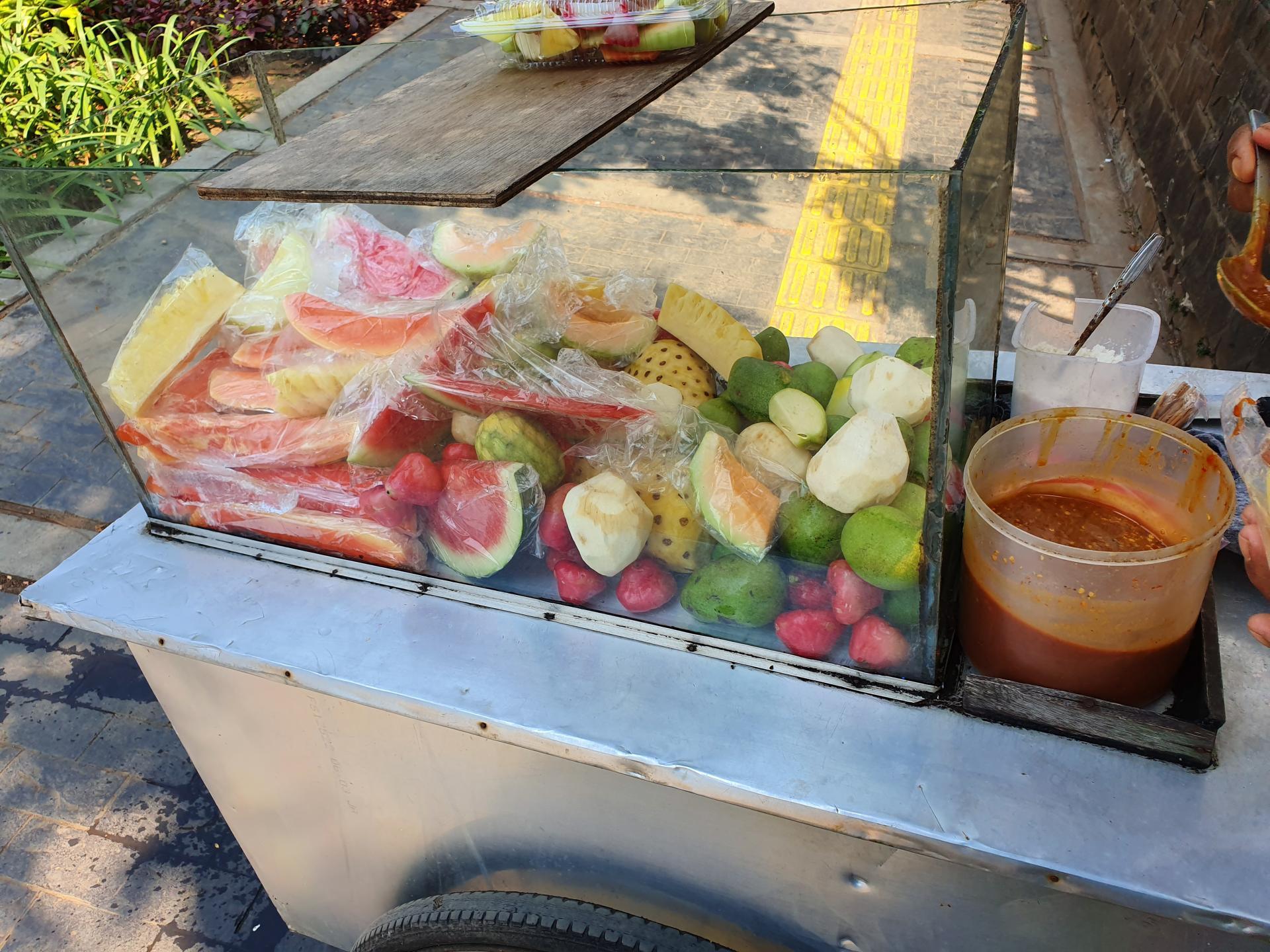 тележка с фруктами на улице Джакарты