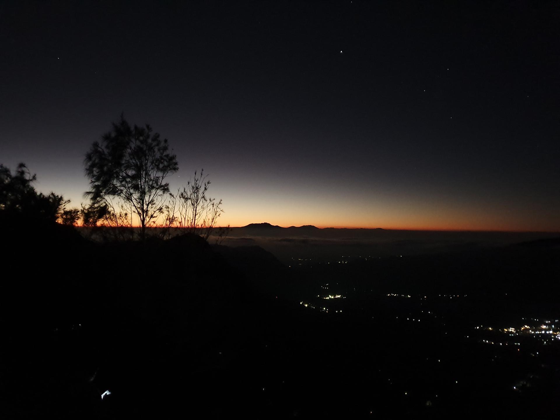 на горе Пенанджакан в Индонезии перед рассветом