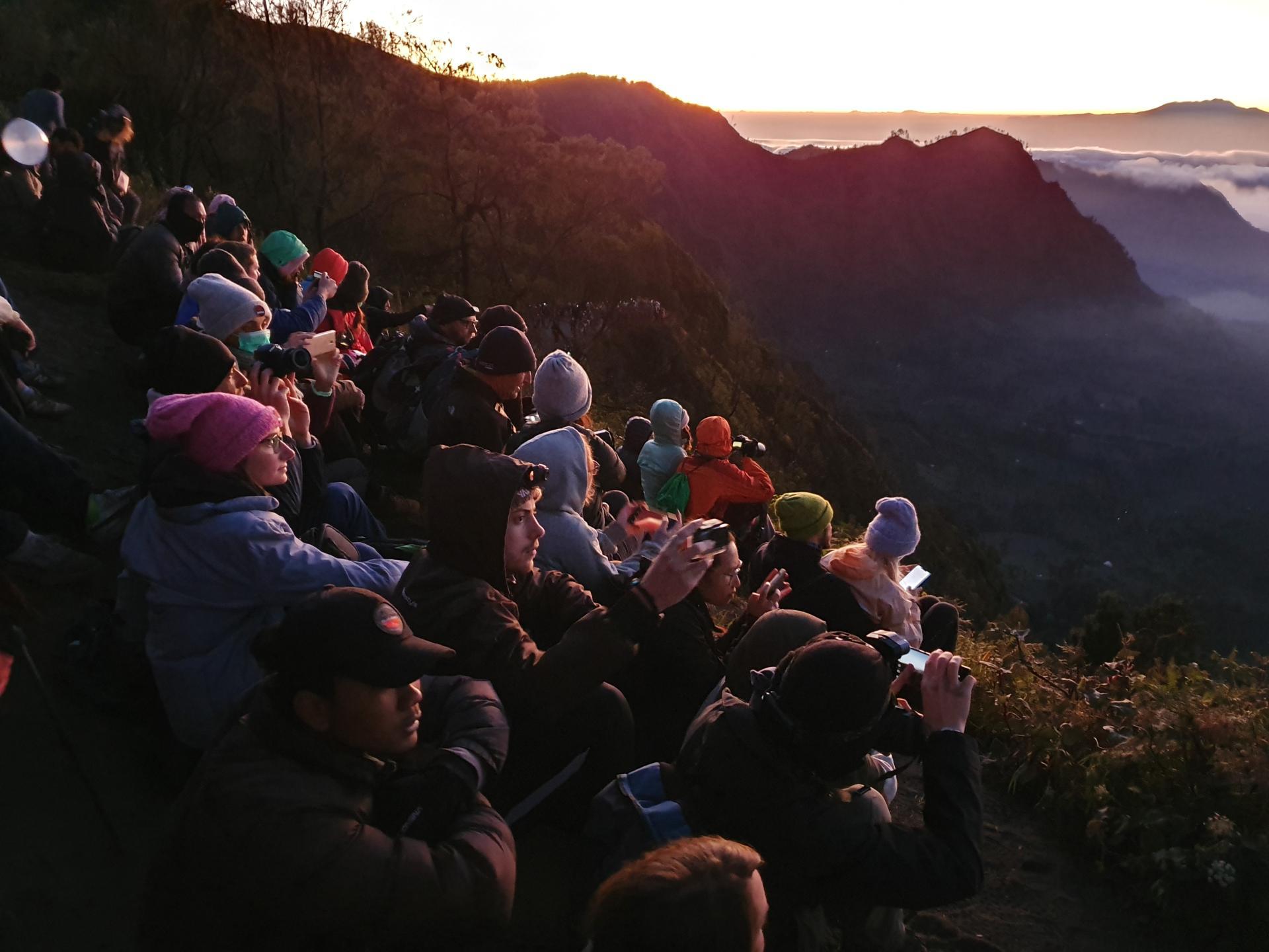 туристы на площадке перед вулканом Бромо