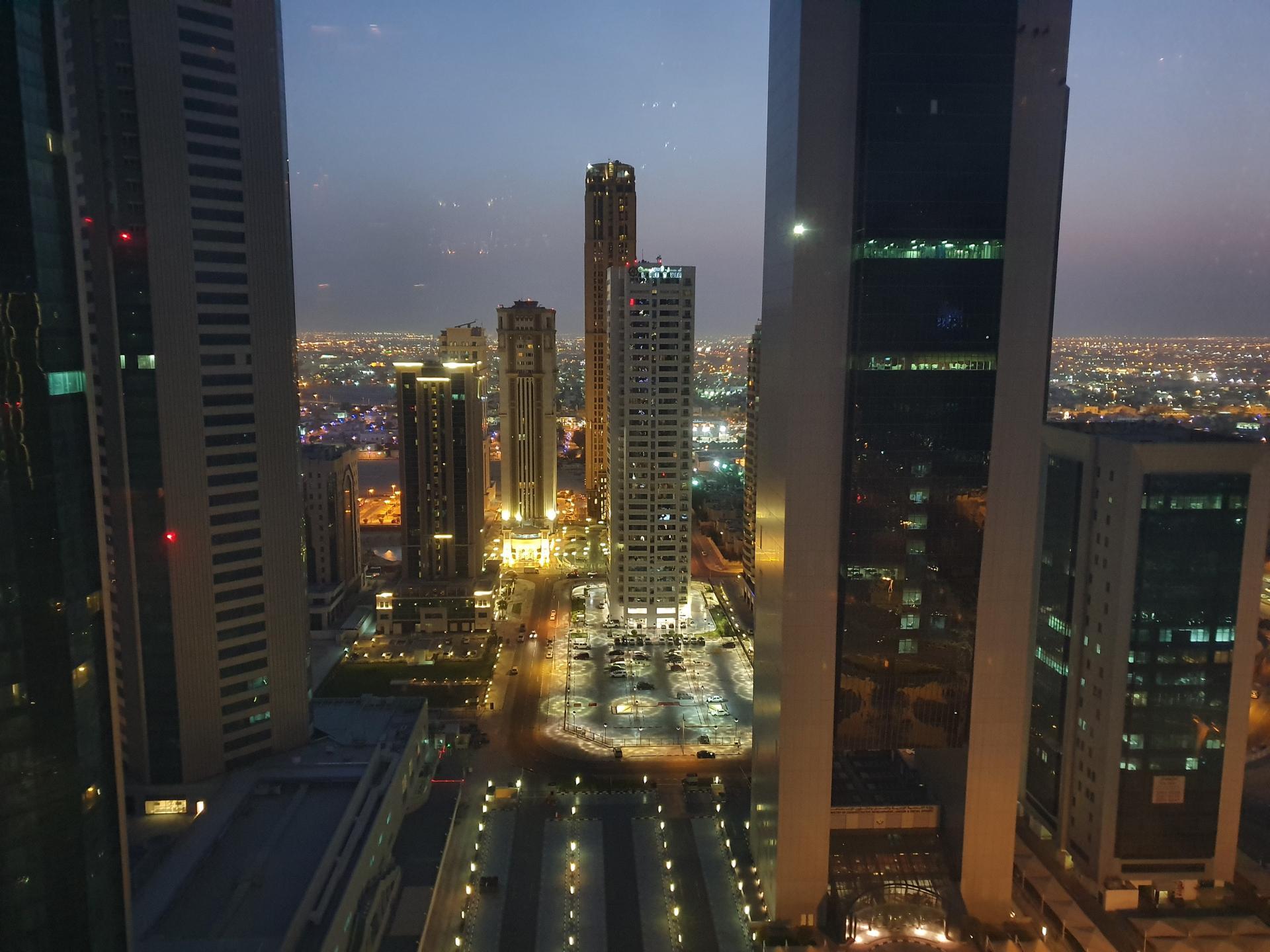 Вид на ночной город - Доха, Катар