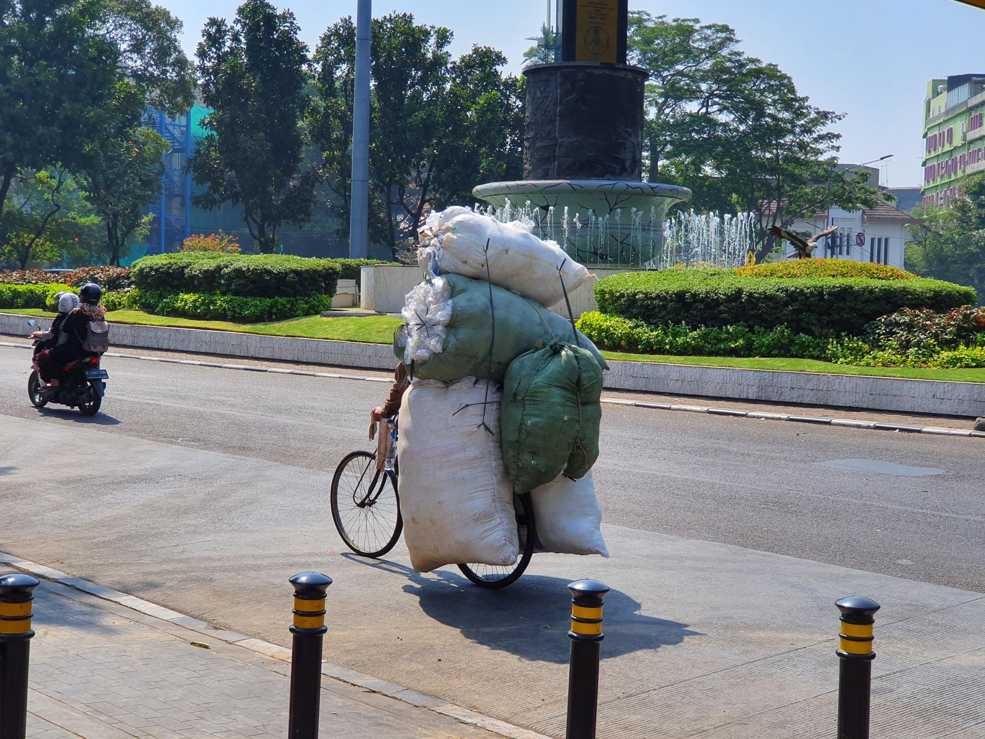 перевозка мешков на велосипеде в Азии