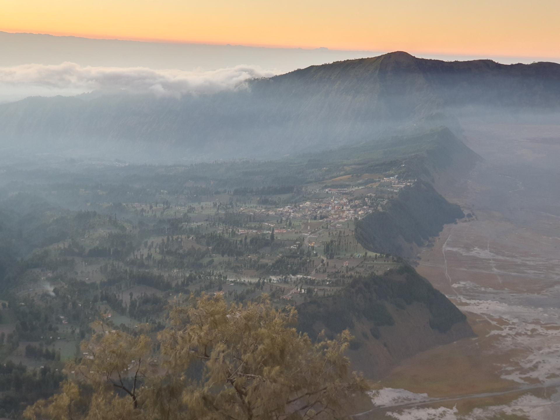 вид на деревню Чеморо-Лаванг с горы Пенанджакан