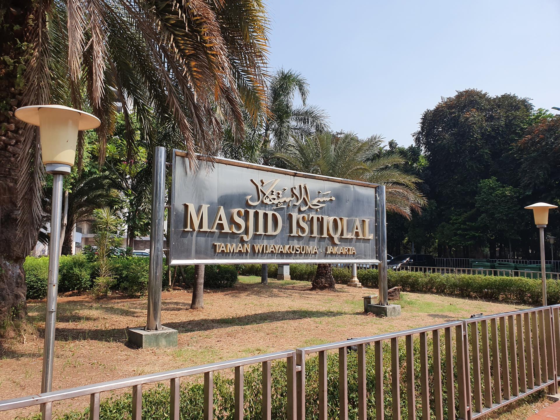 табличка у входа в мечеть Истикляль