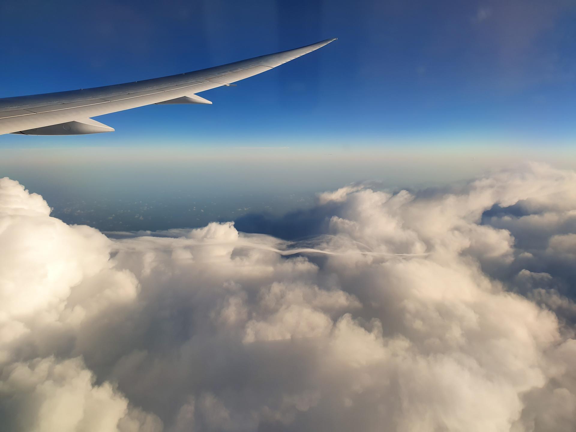 облака под крылом самолета
