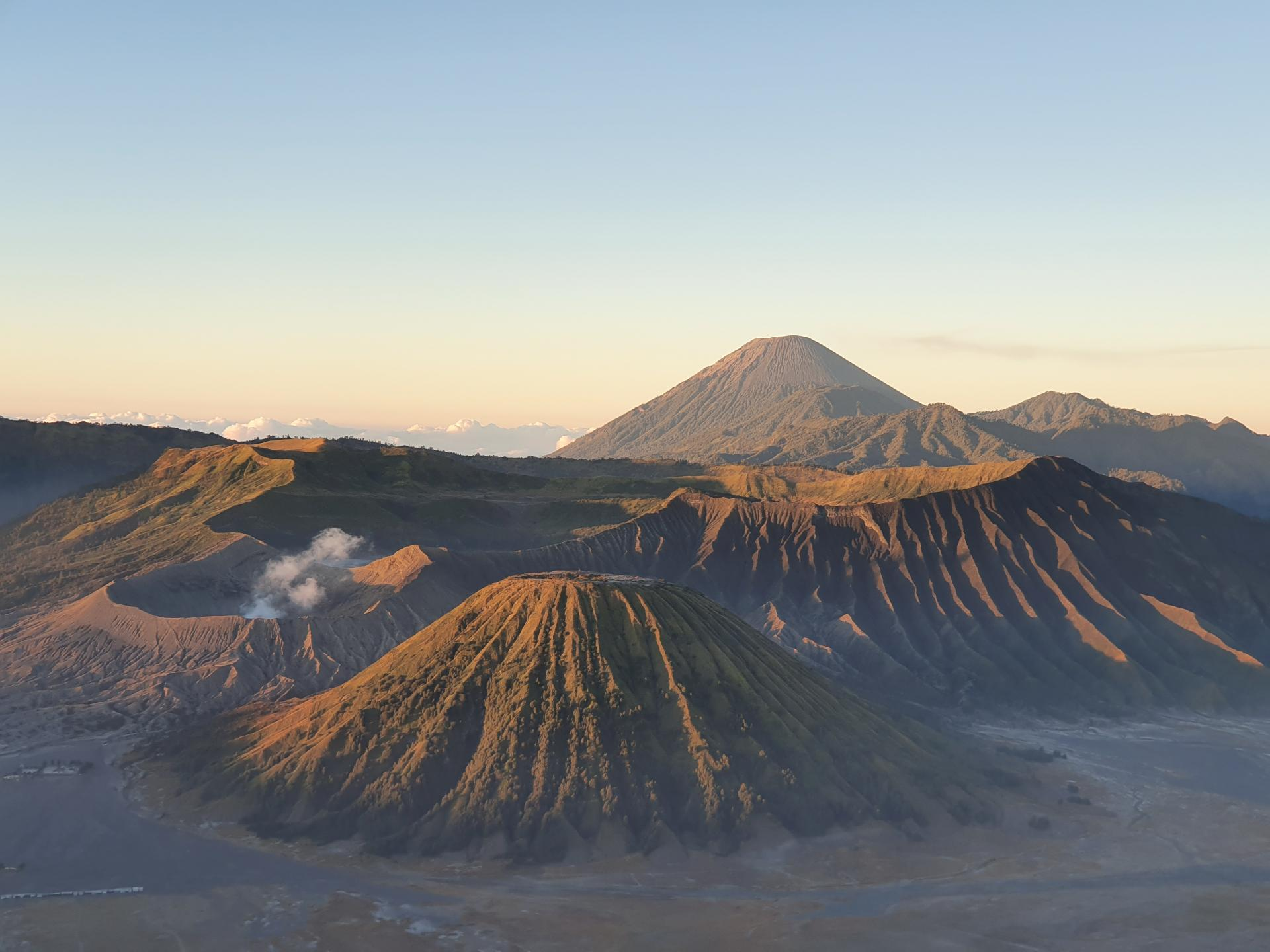 Вулканы Бромо, Семеру, Баток в кальдерре Тенгер
