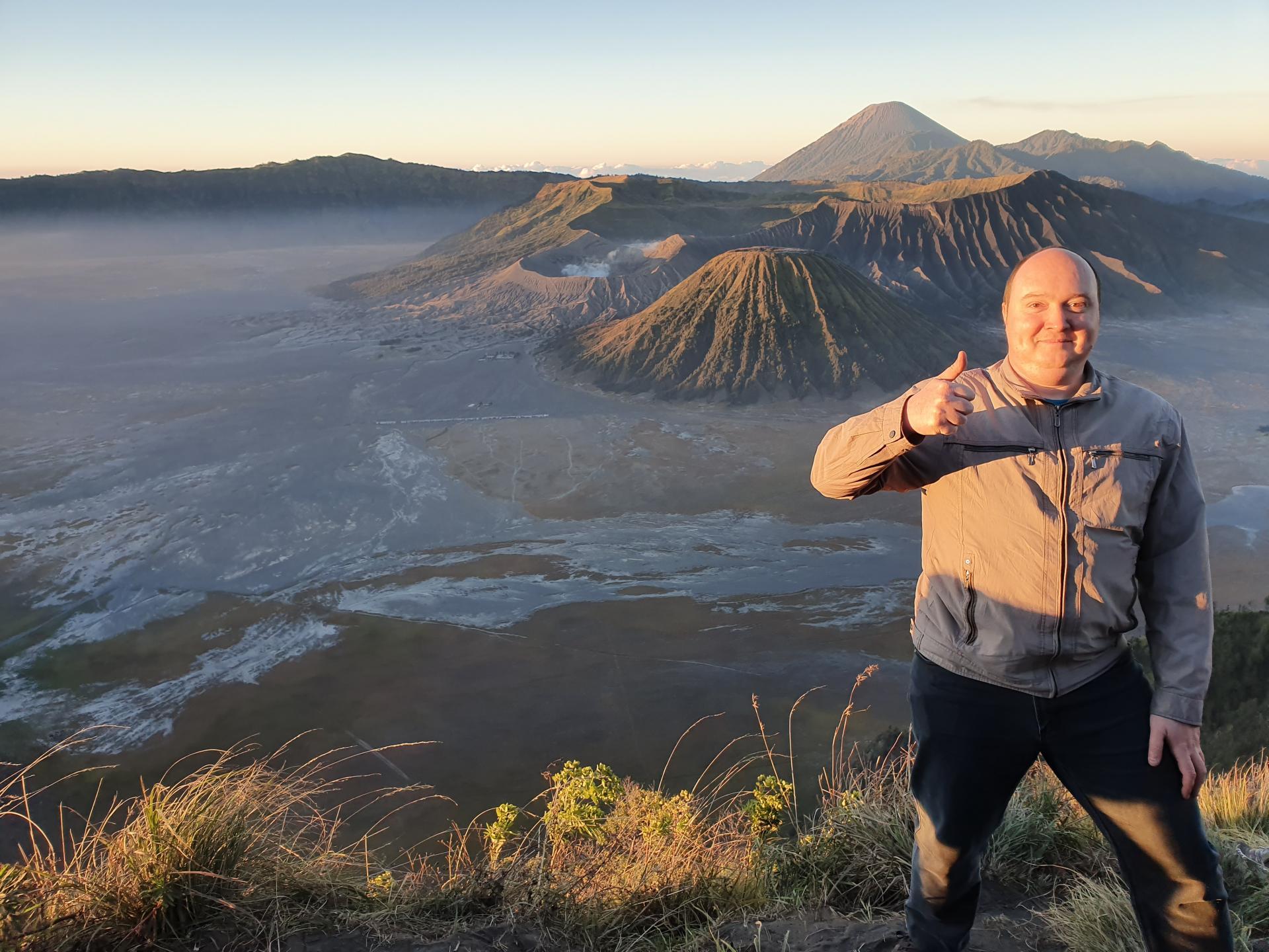 Вятский Лапоть на фоне вулкана Бромо