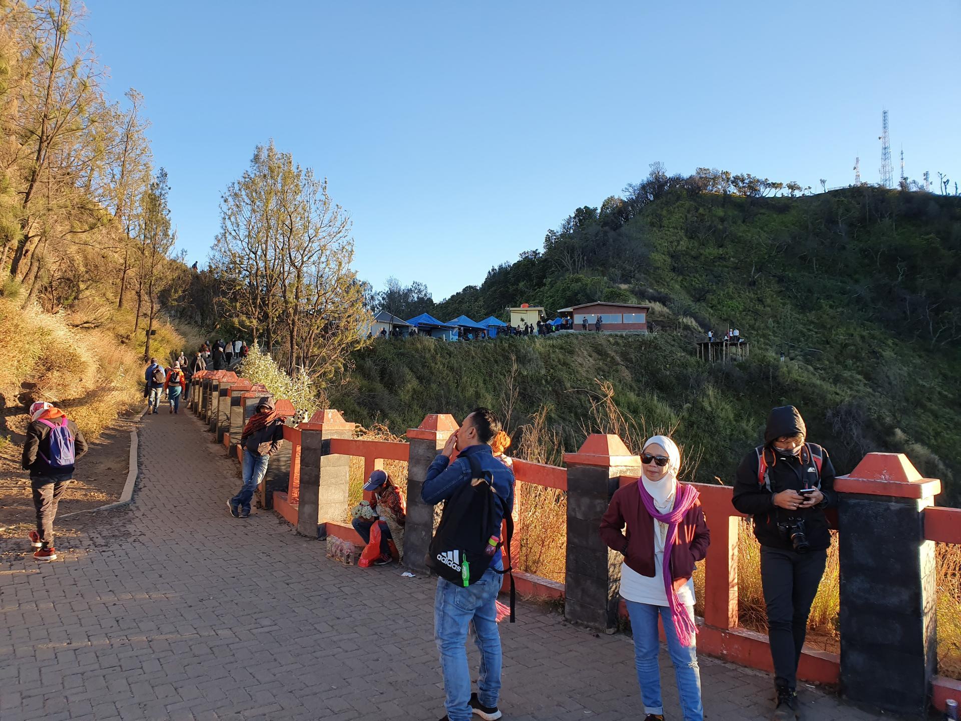 туристы уходят со смотровой площадки Бромо