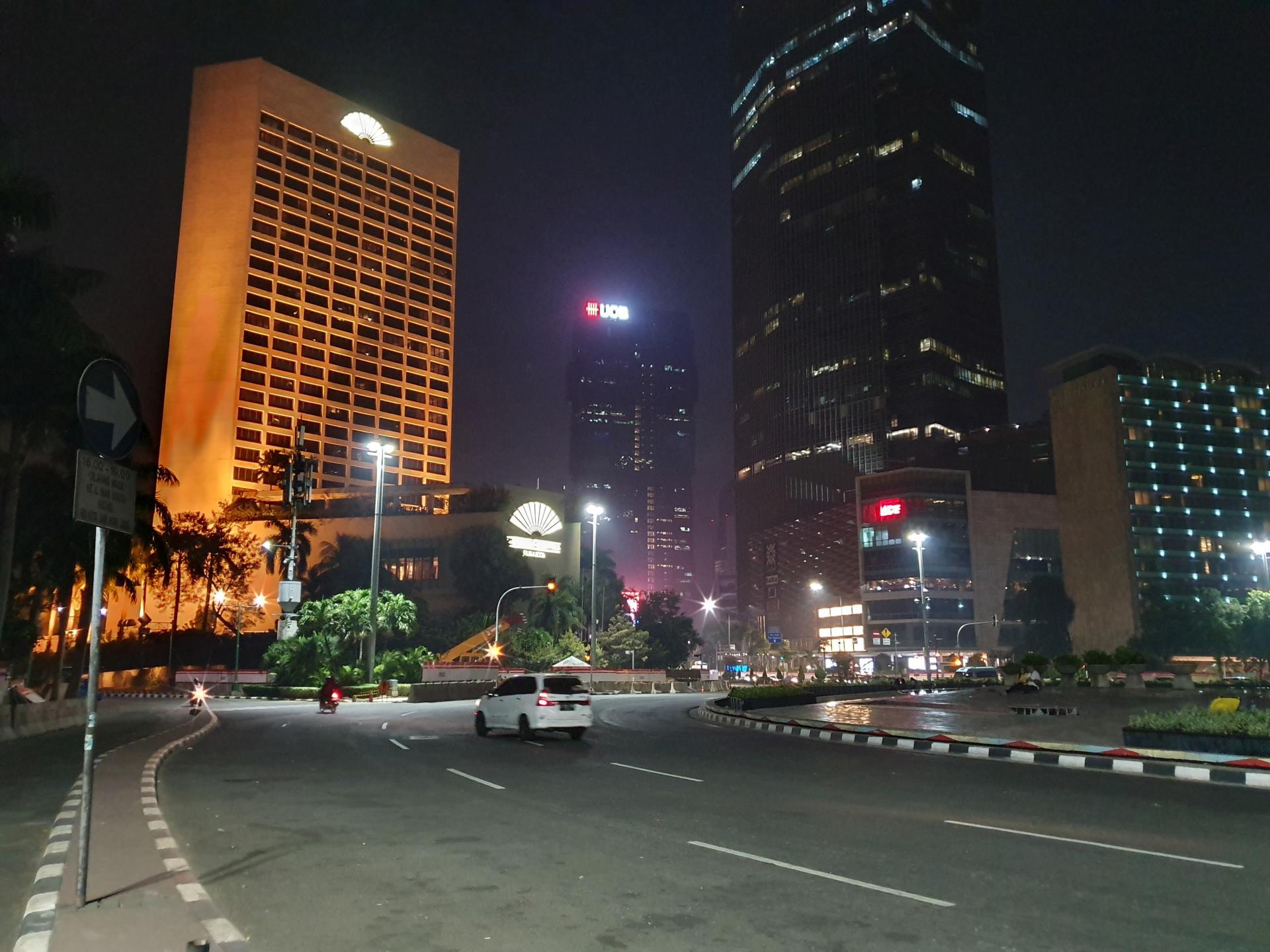 Улицы ночной Джакарты