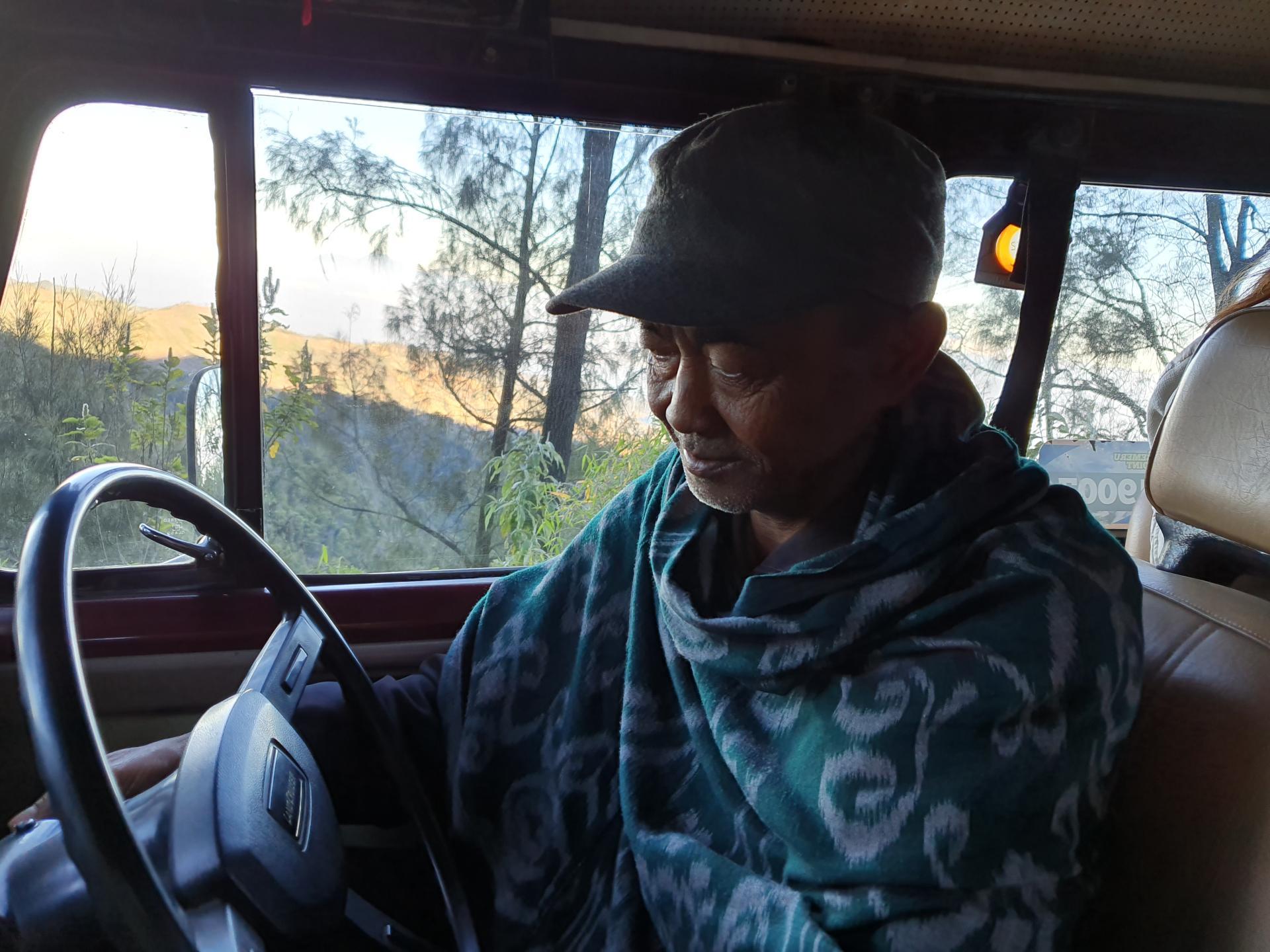 водитель джипа в Индонезии
