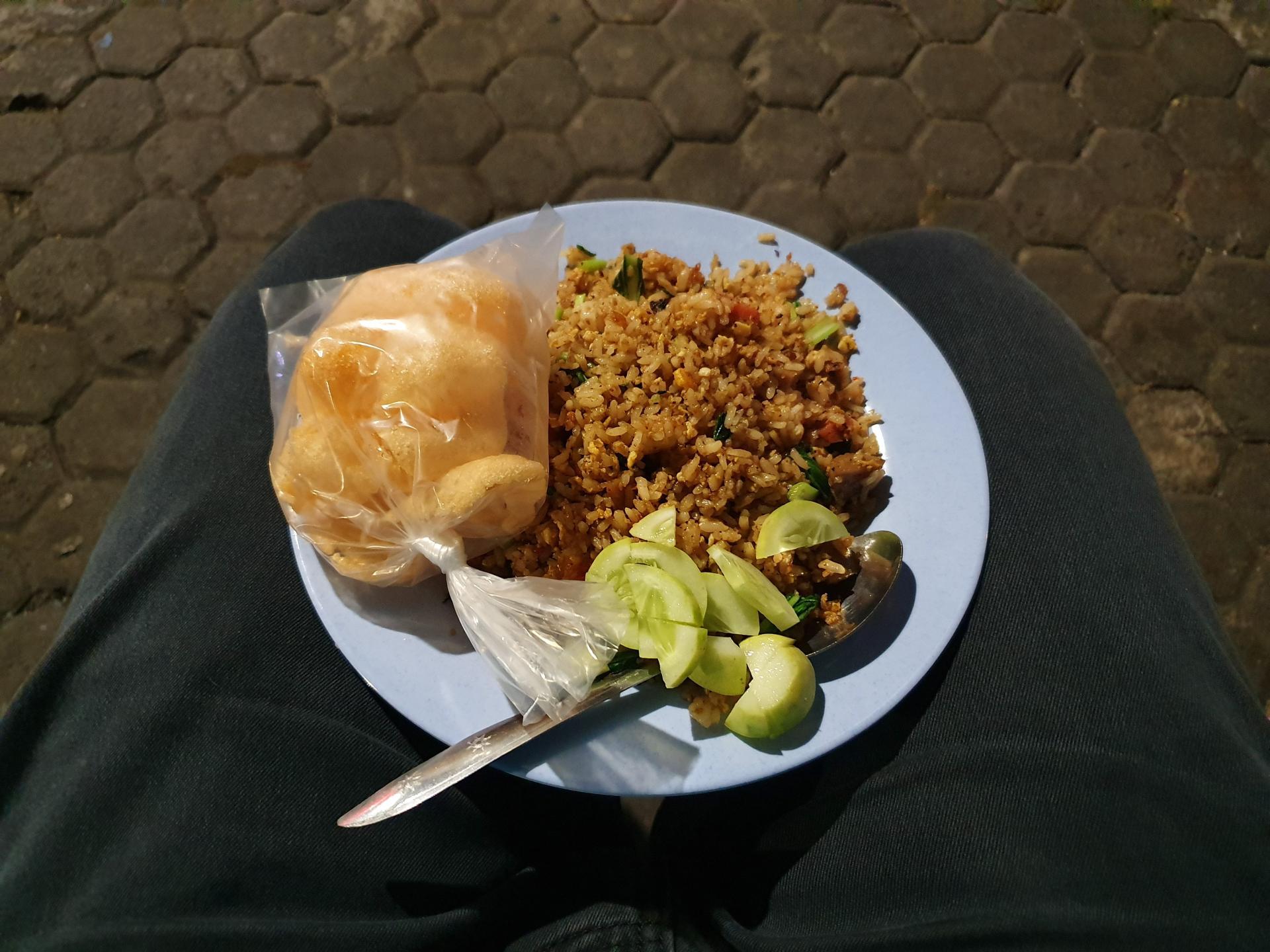 ем рис с коленок в Джакарте