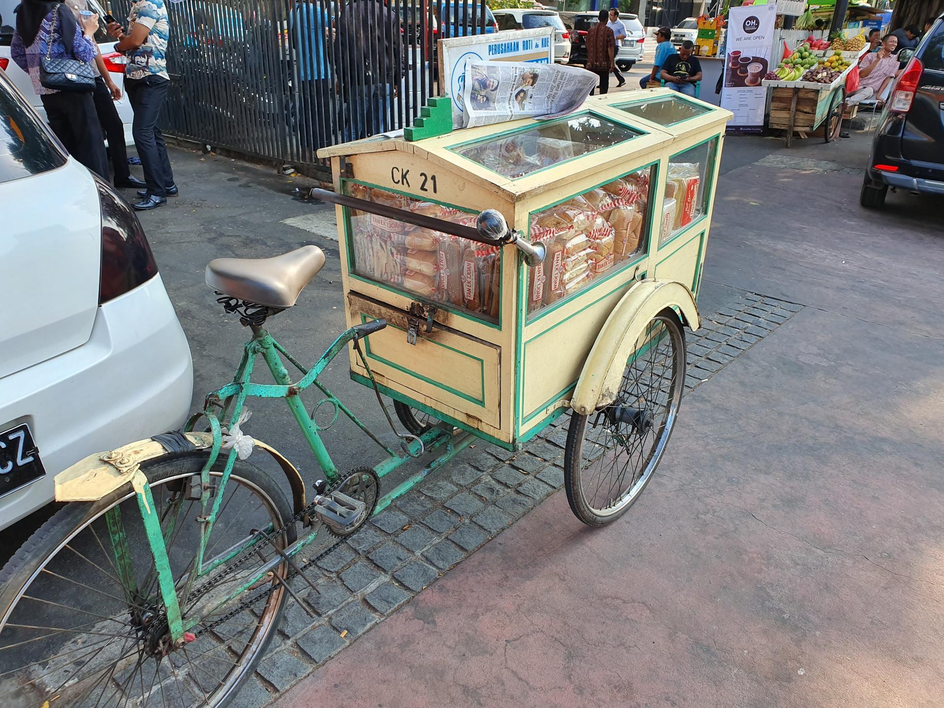 велотележка с продуктами в Джакарте