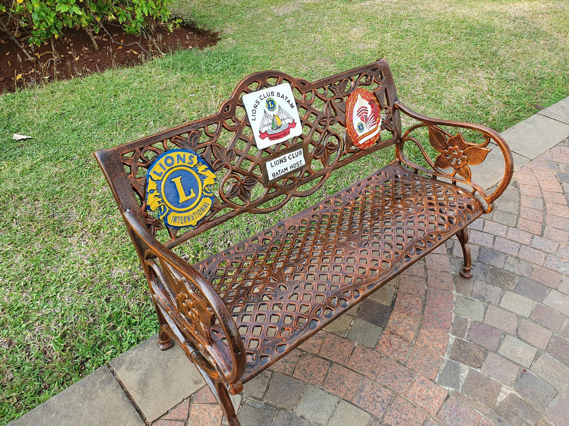 скамейки для отдыха на площади Свободы в Джакарте