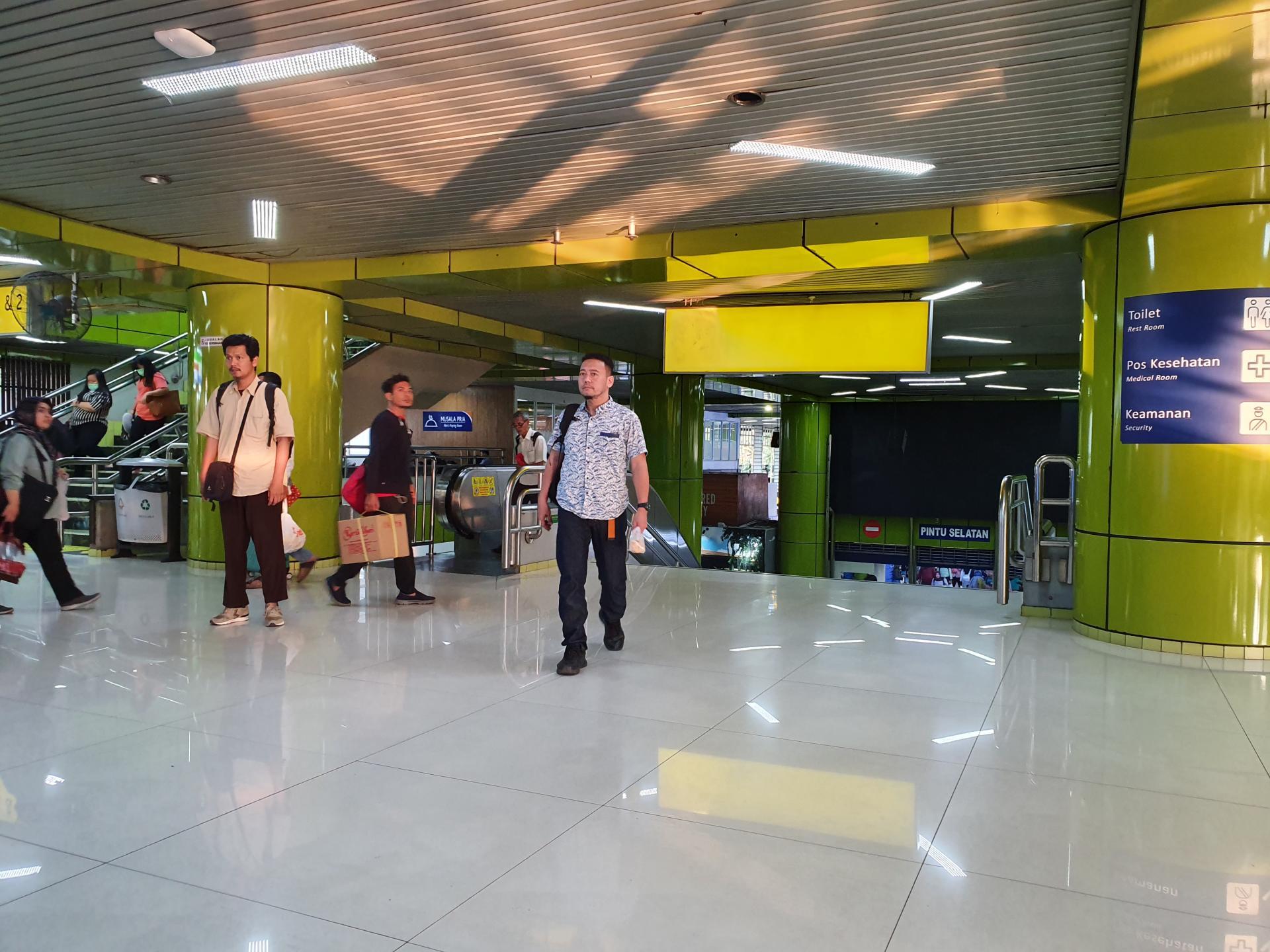 внутри станции Gambir в Джакарте