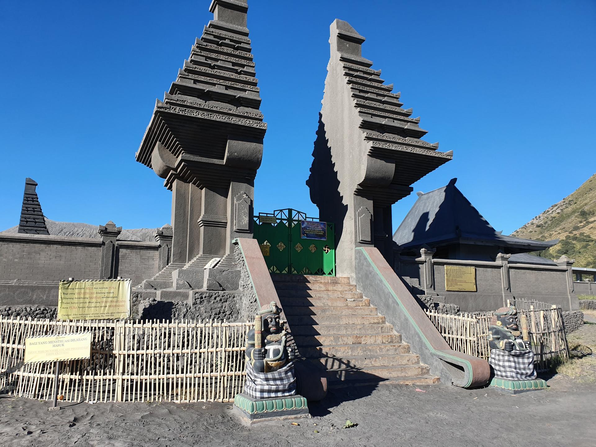 буддийский храм у подножия вулкана Бромо