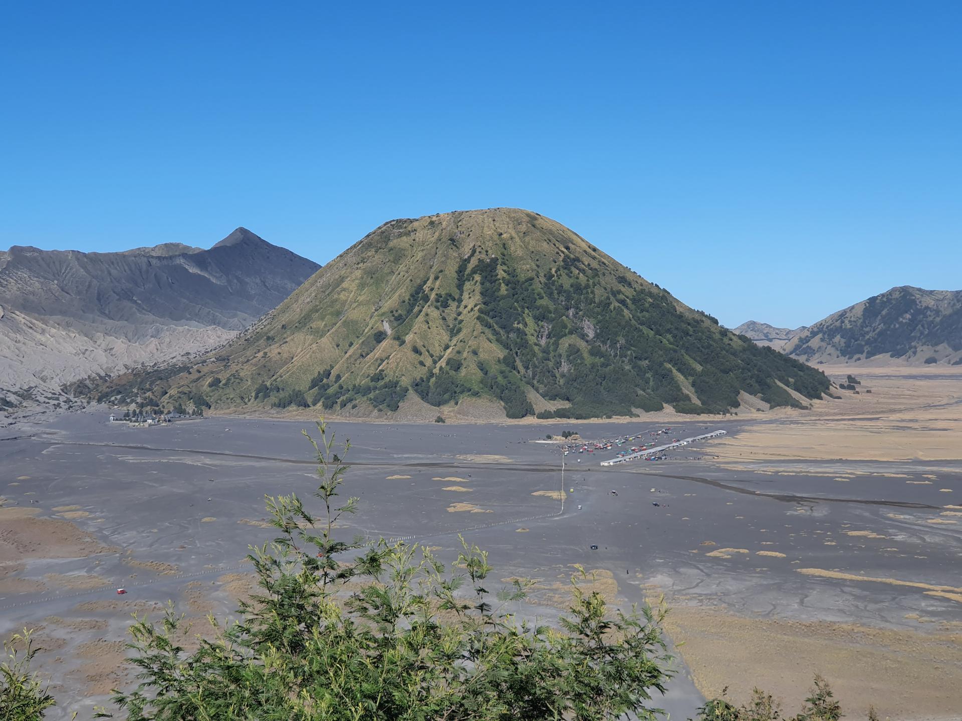 вид на гору Баток от отеля на горе Пенанджакан