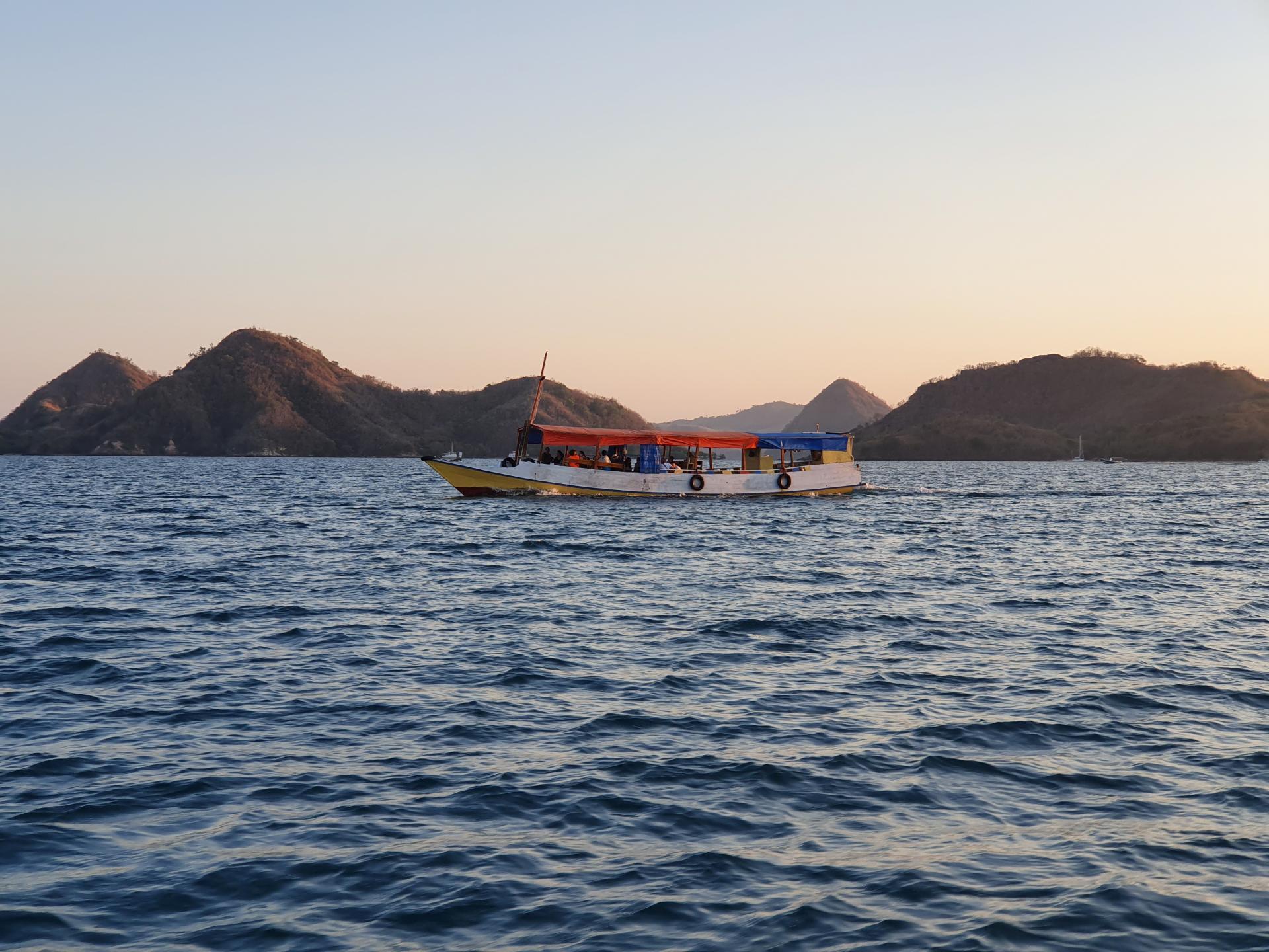 индонезийская лодка для перемещения между островами
