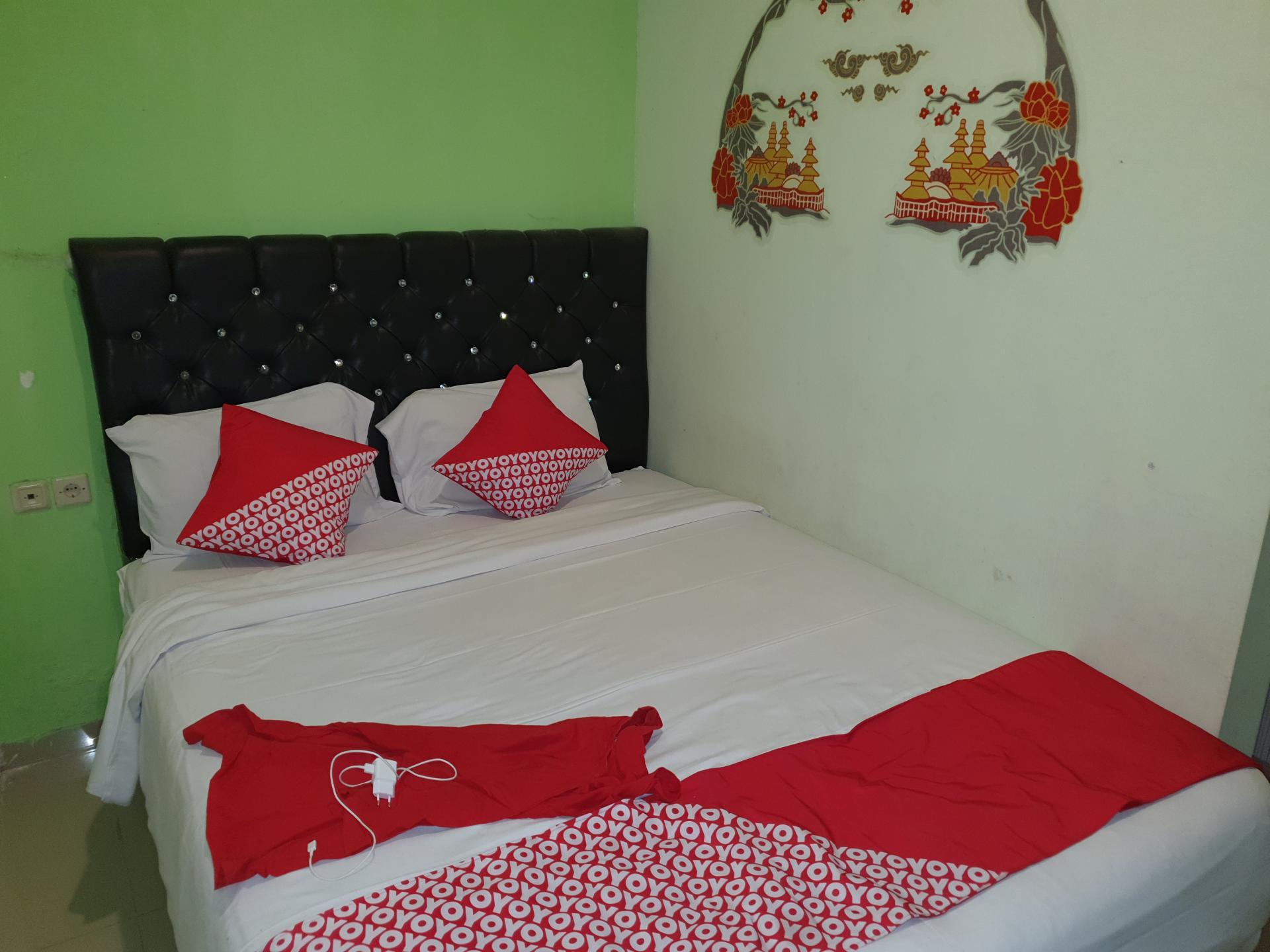 двуспальная кровать в азиатском отеле