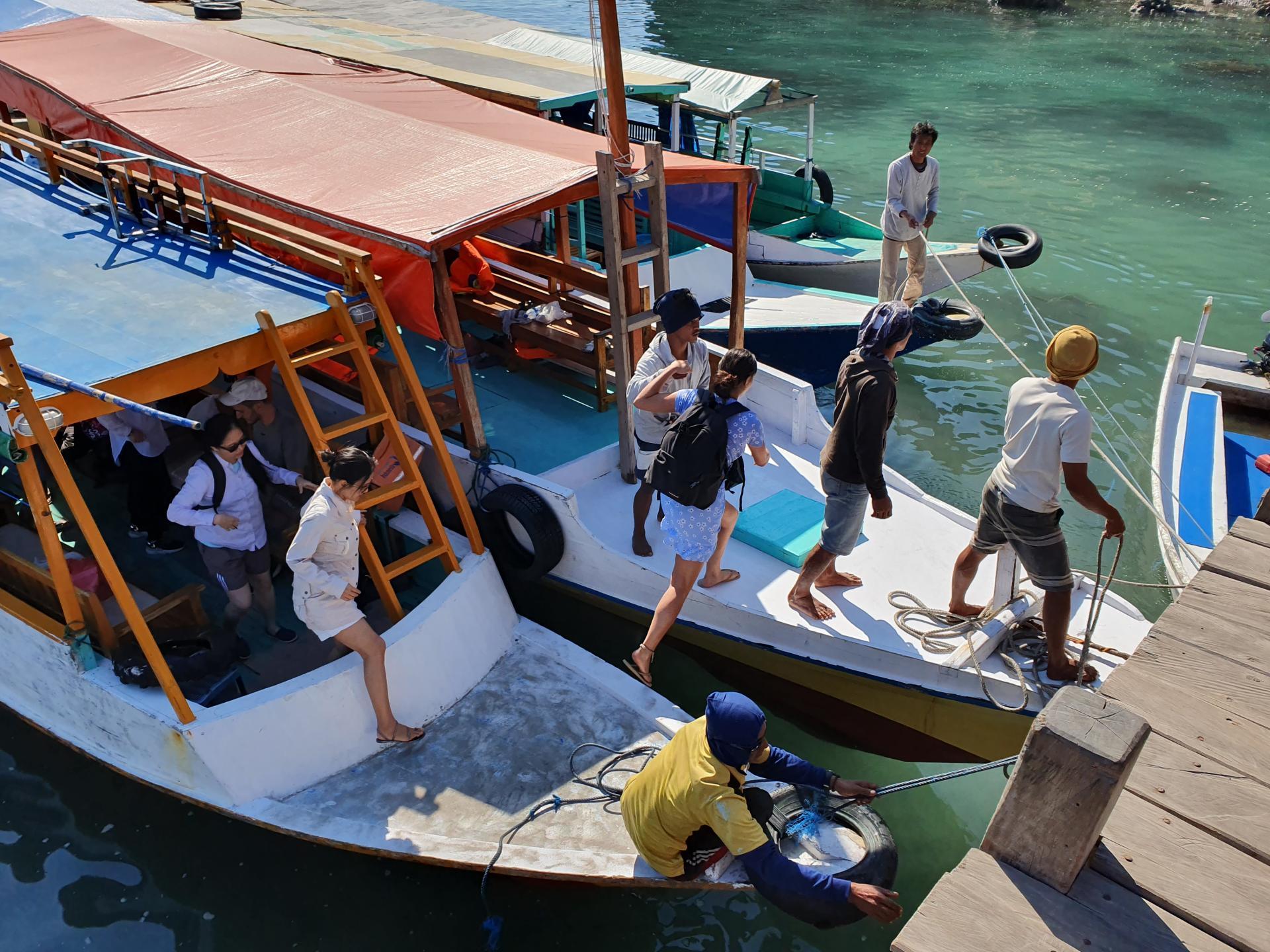 капитан крепит лодку к причалу
