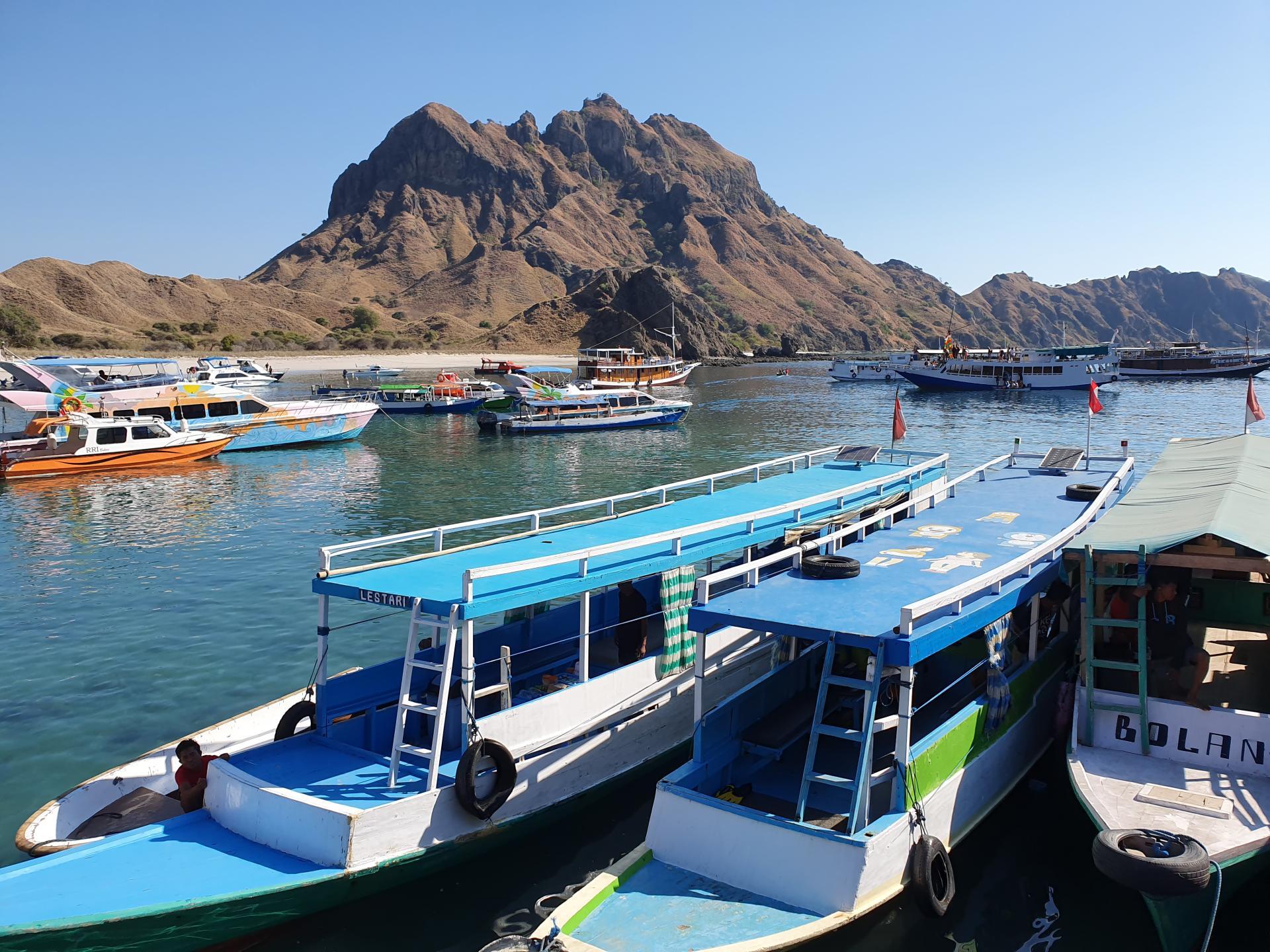 бухта с кораблями на острове Падар, Индонезия