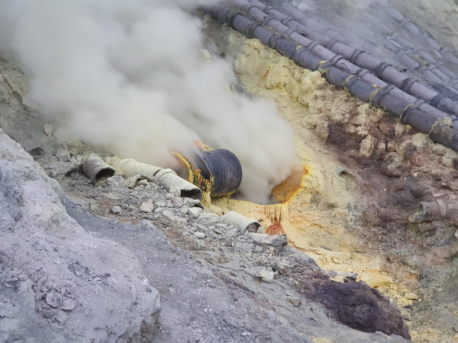 серные фумаролы вулкана Иджен