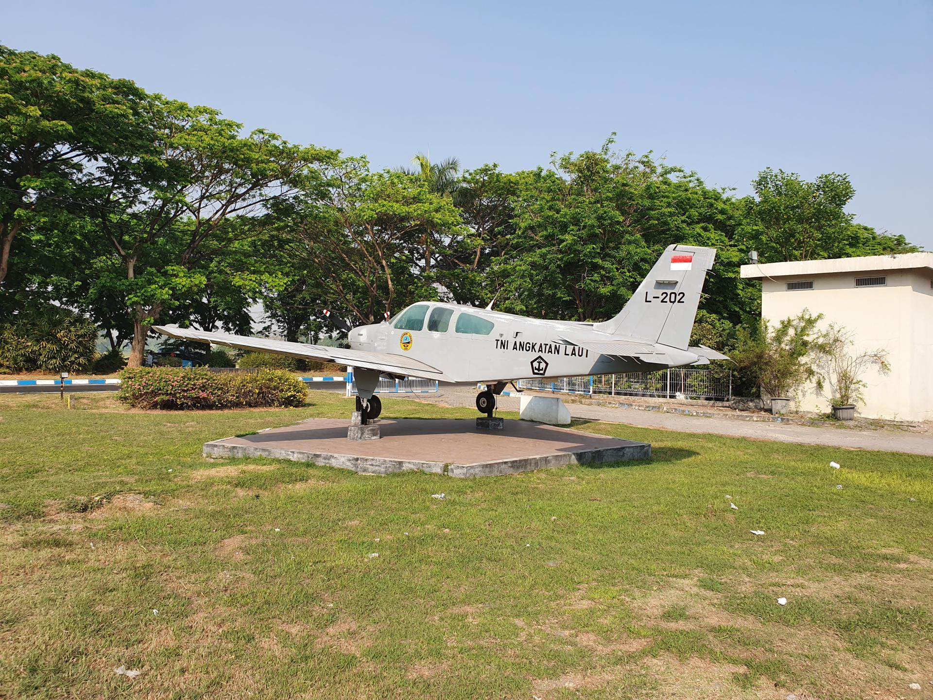 легкомоторный самолет-памятник в городе Сурабайя