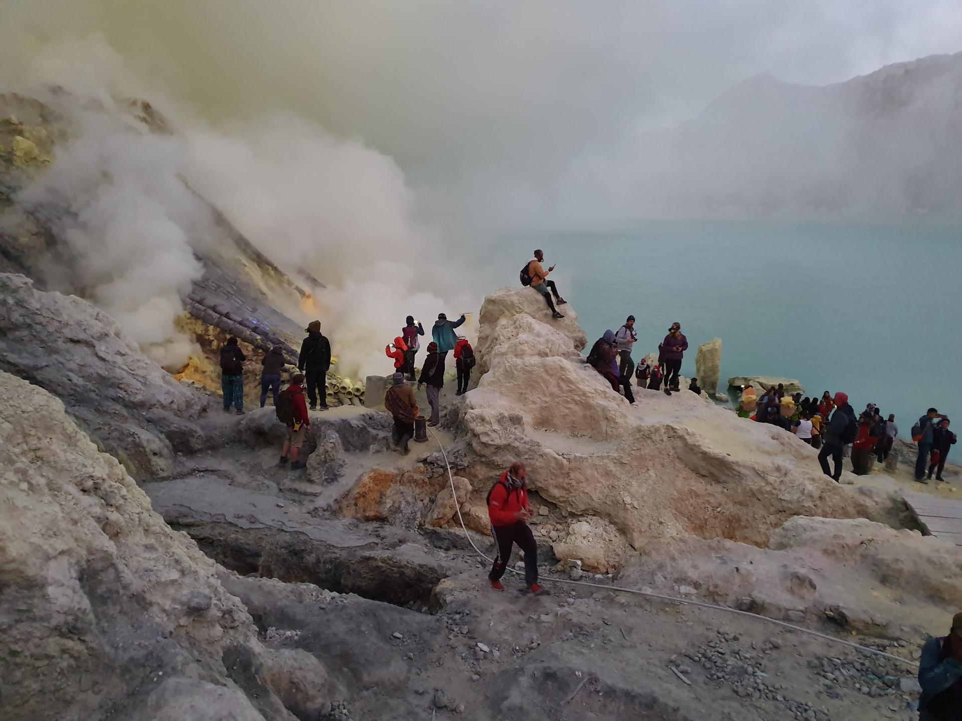 Сернистые испарения вулкана Иджен и озеро из серной кислоты Кавах