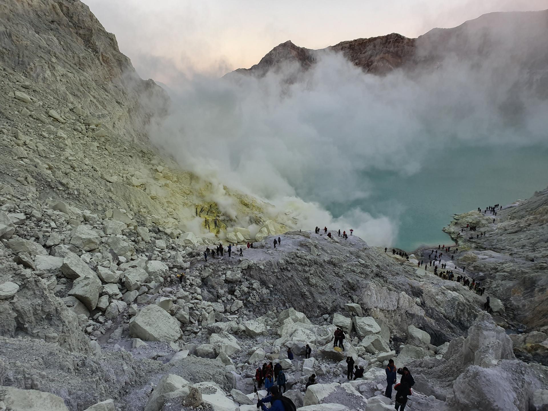 вид на кратер вулкана Иджен