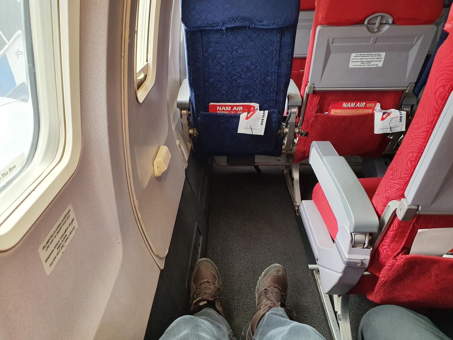 место у окна с большим пространством для ног в самолете B737-500