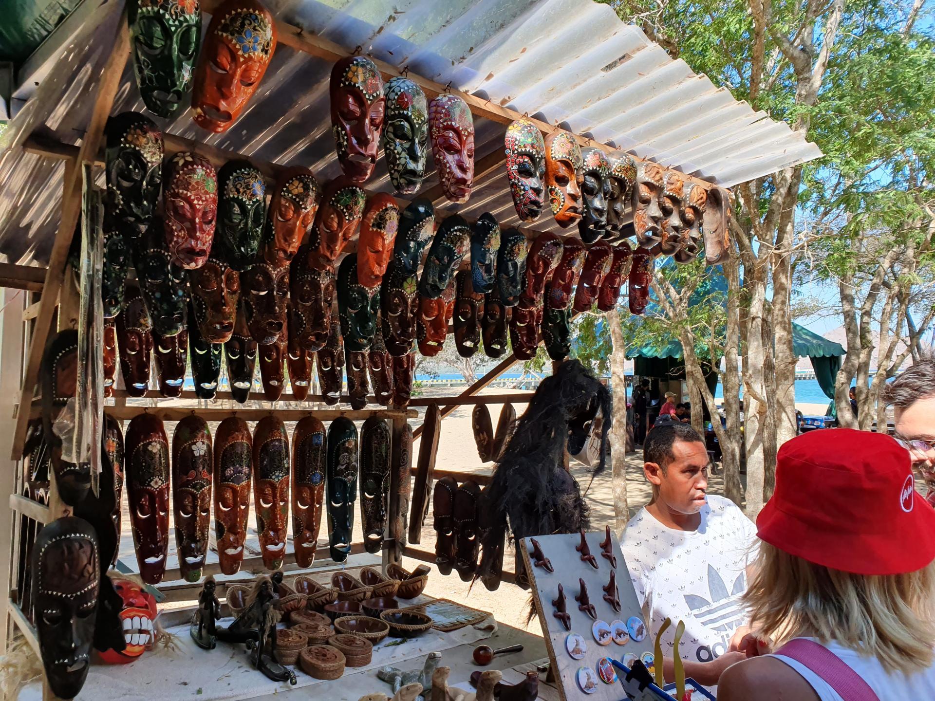 торговля сувенирами на острове Комодо