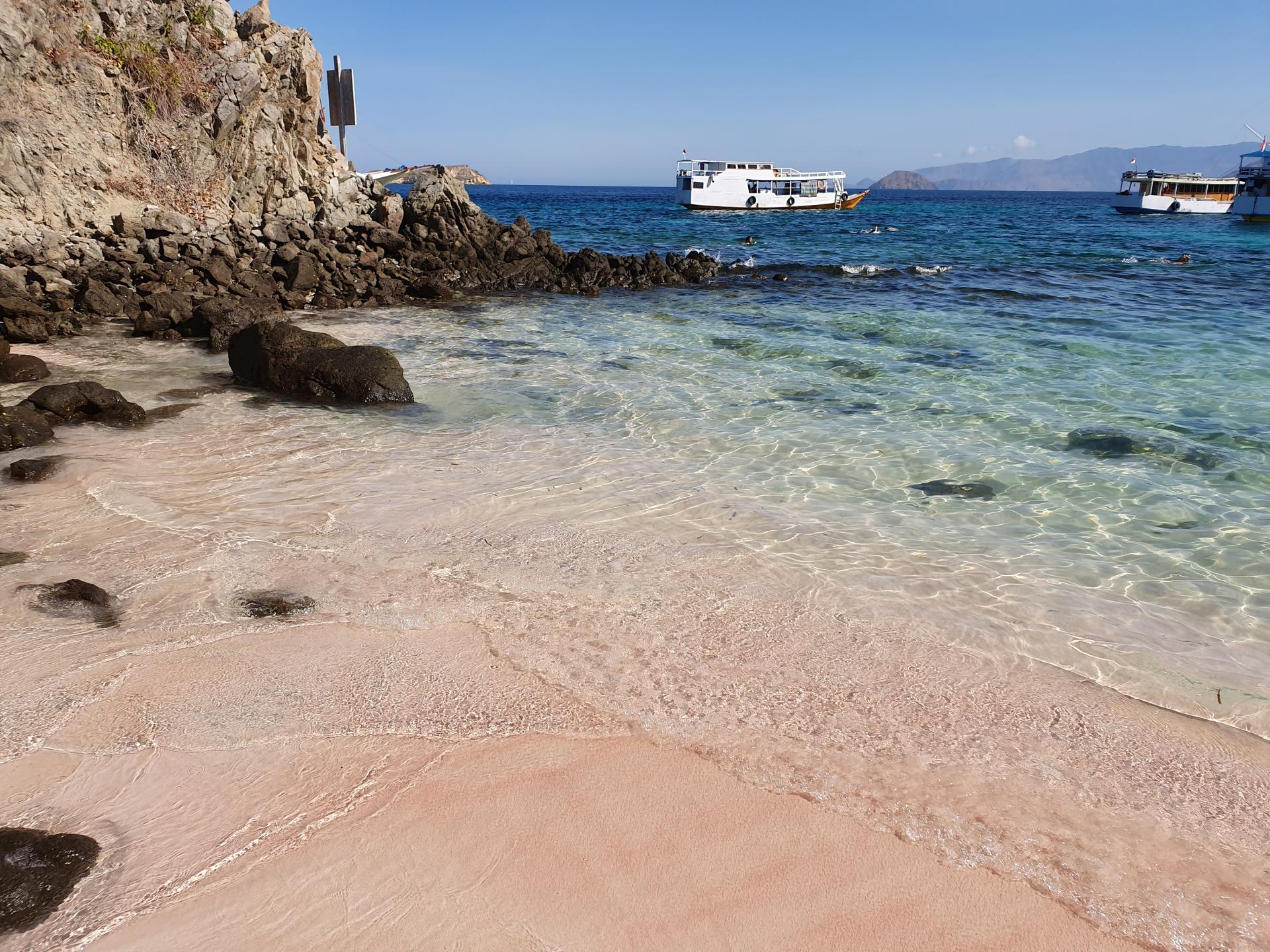 розовый песок на пляже острова Пинк Бич