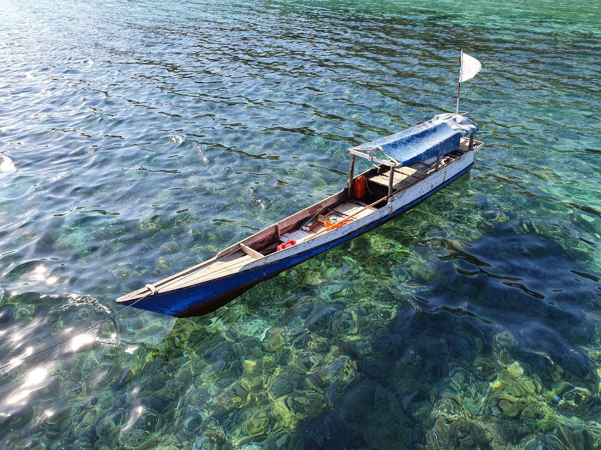 лодка парит в чистой воде