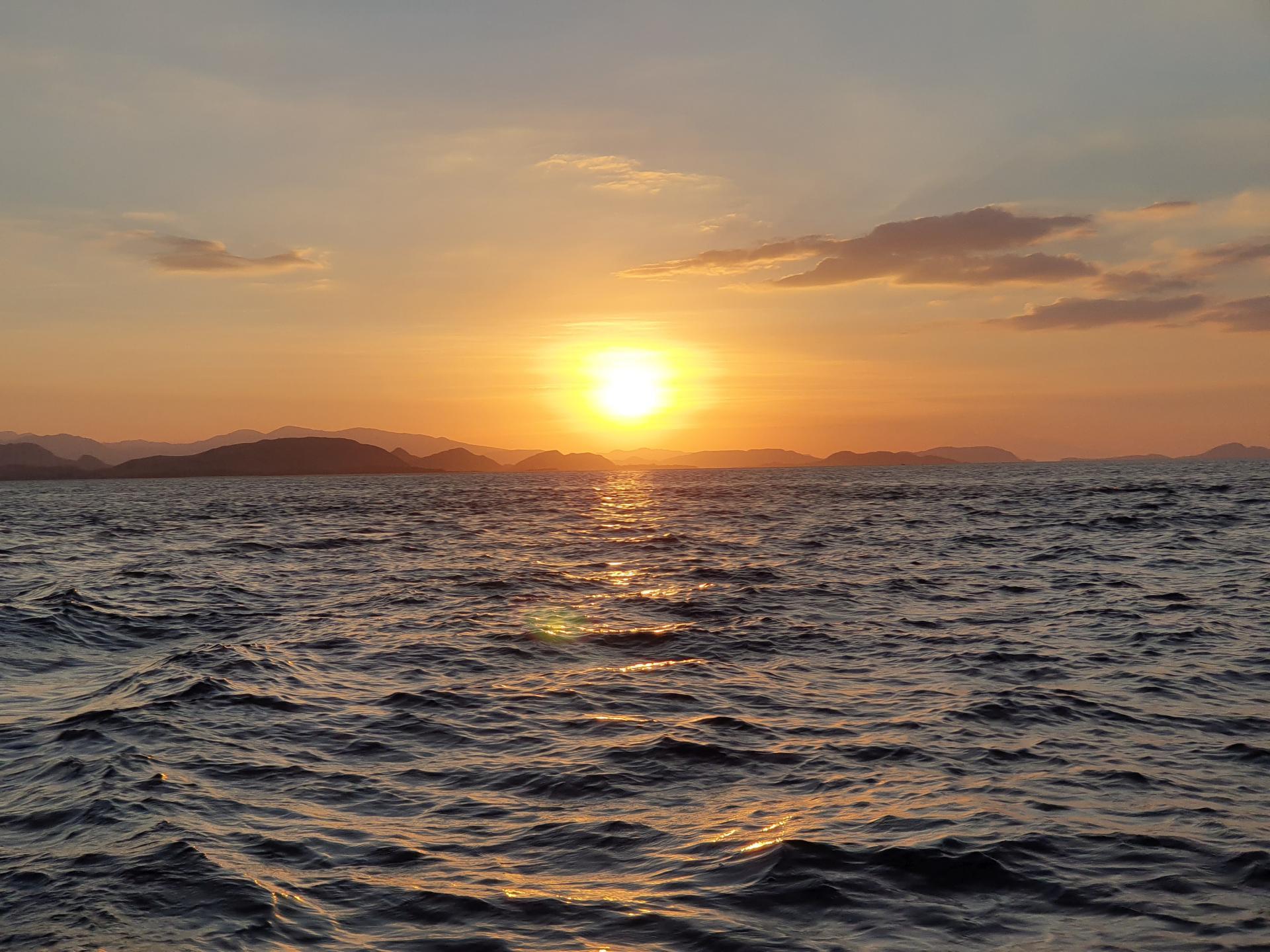 Закат на острове Флорес, Индонезия