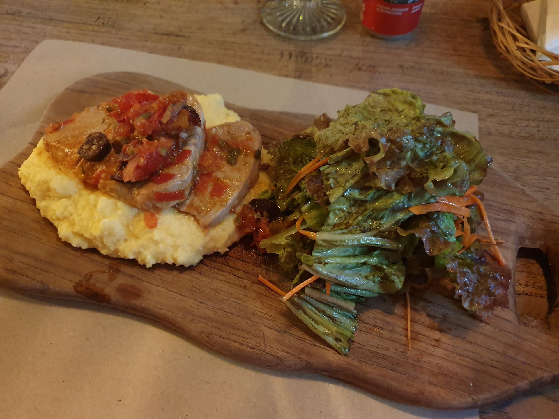 тунец с овощами и кукурузным пюре