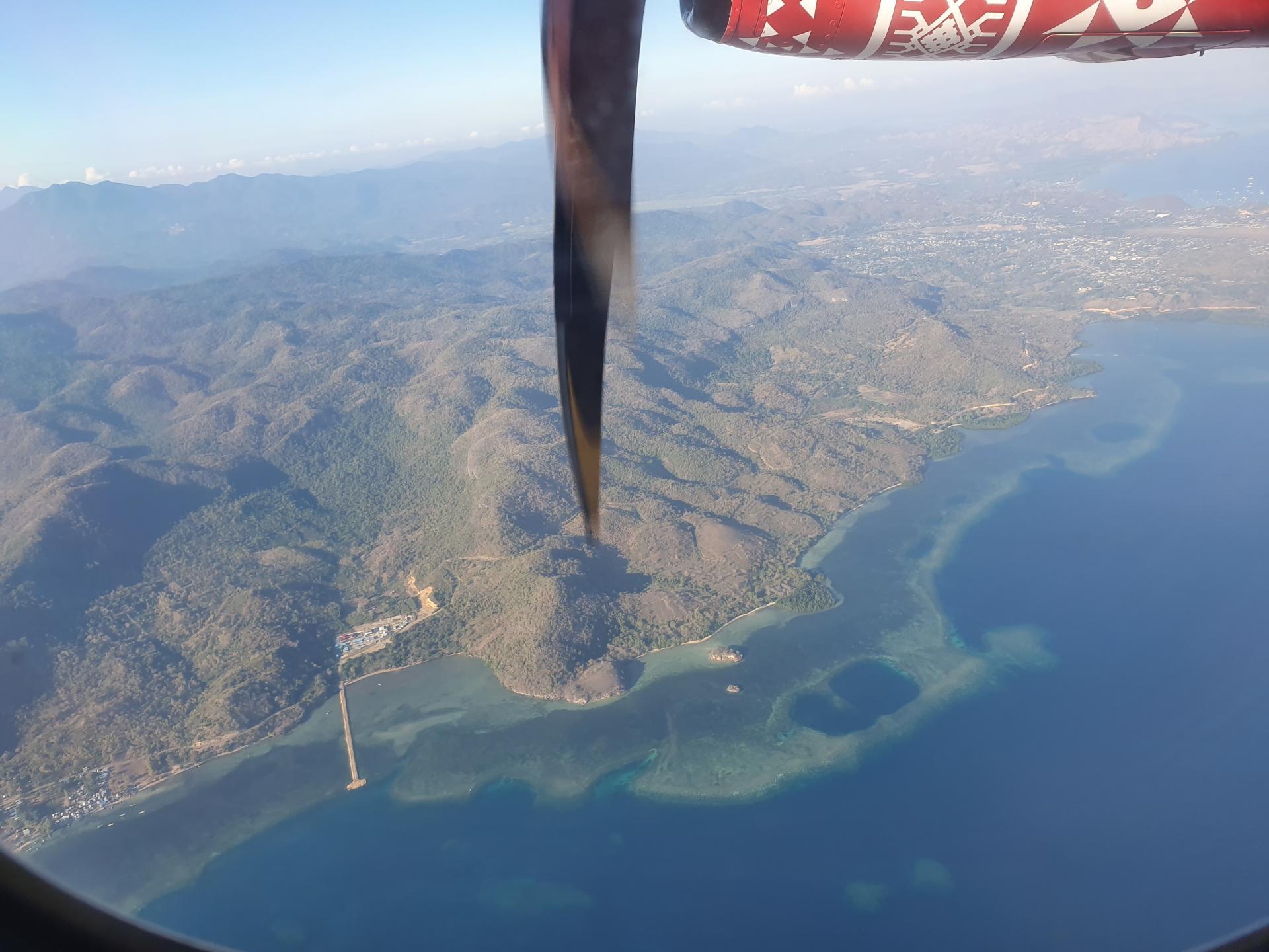 вид на остров Флорес с высоты полета турбовинтового самолета